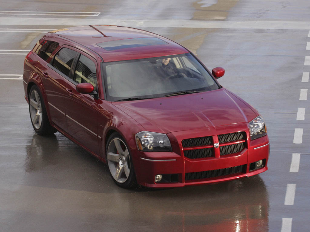 2006 Dodge Magnum front three quarter