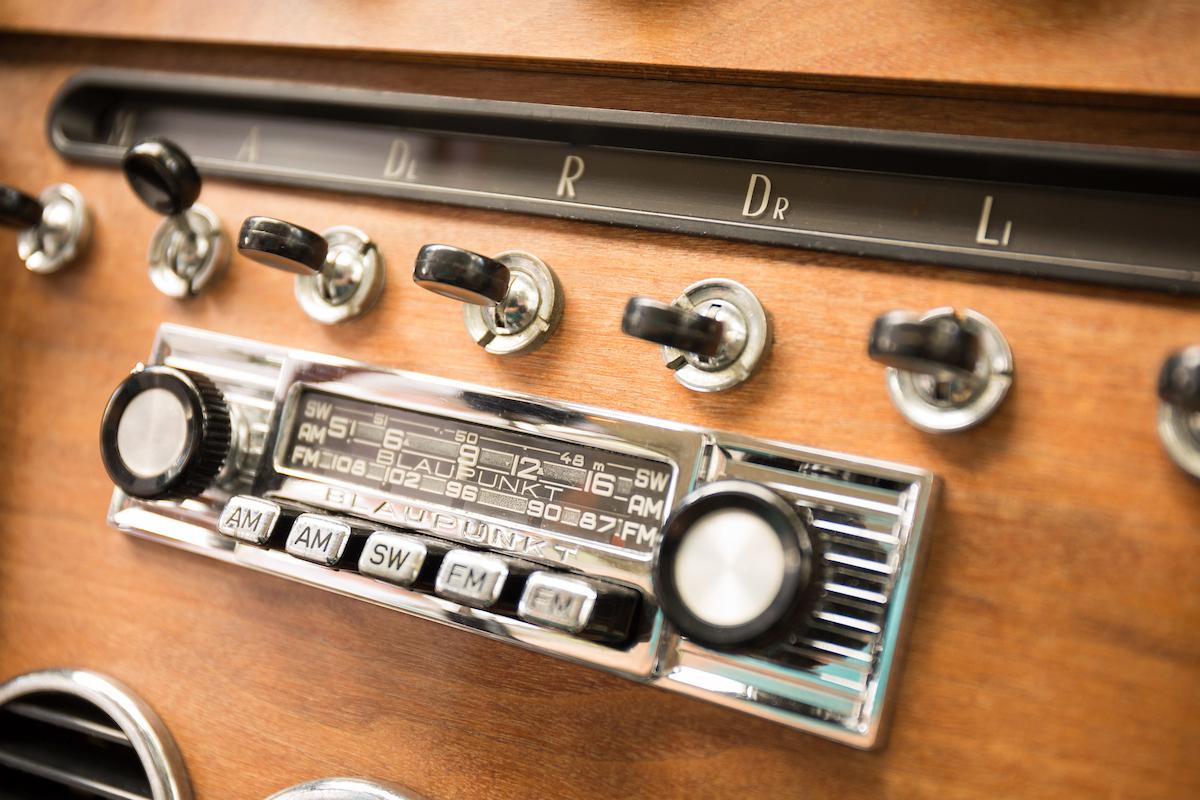 1969-Ferrari-365-2-2 wood panel dash radio