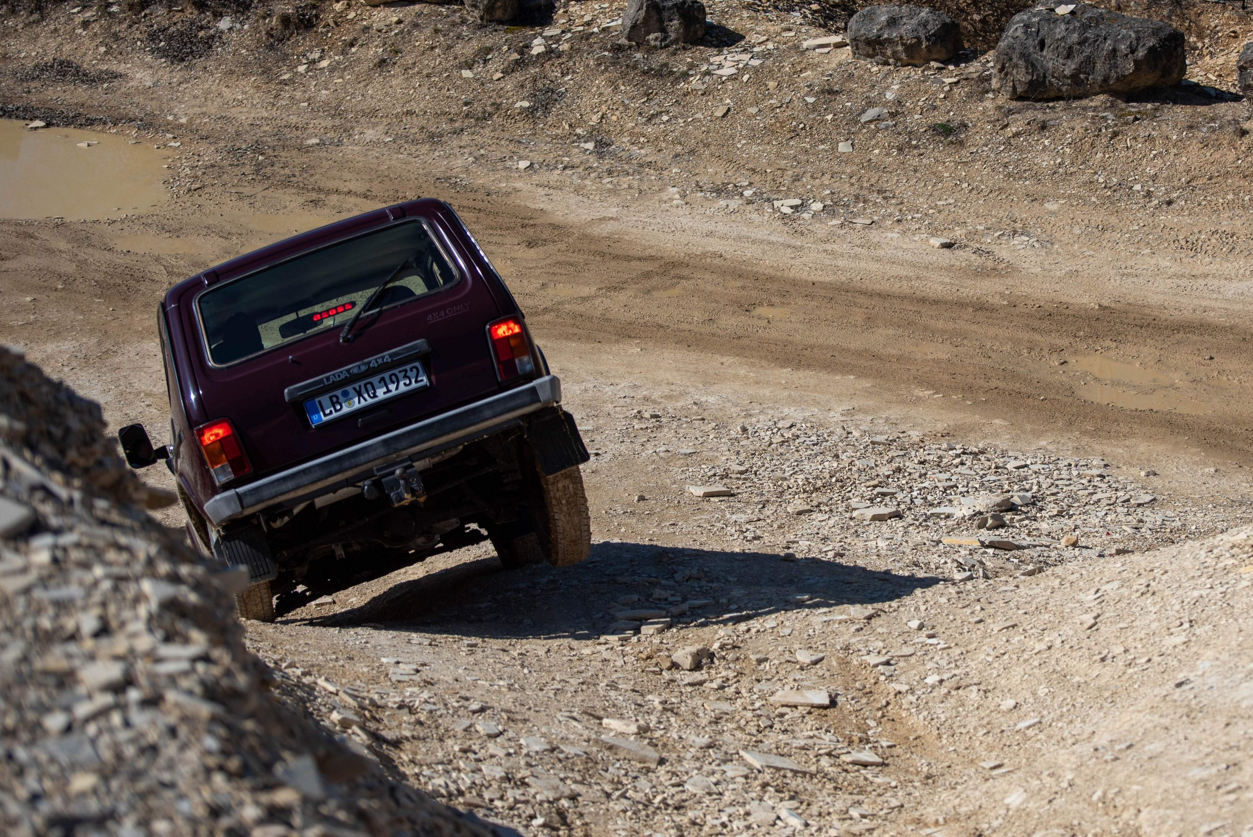 lada niva 4x4 off-road downhill quarry