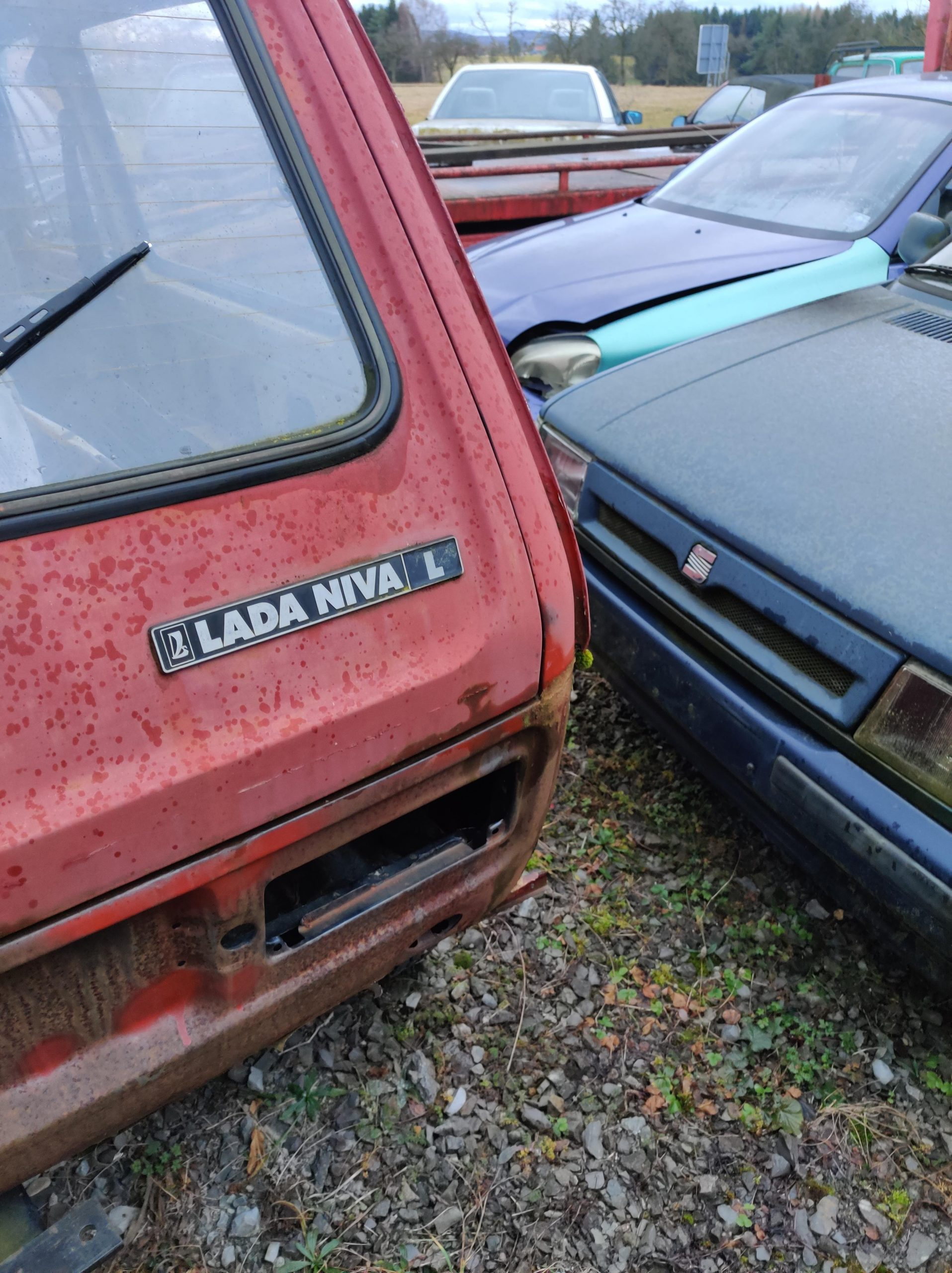 lada niva l red trunk
