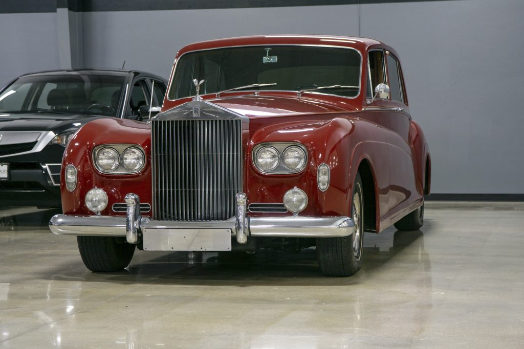RM 1964 Rolls-Royce Phantom Limo Front Three-Quarter