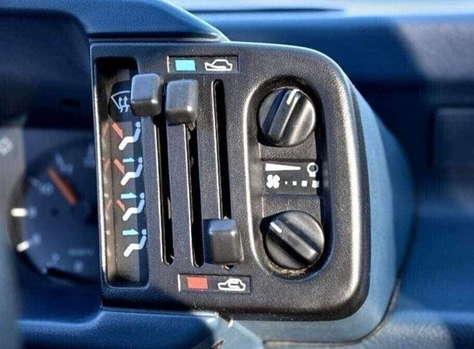 Brossard - 1986 Hyundai Pony - Closeup climate controls
