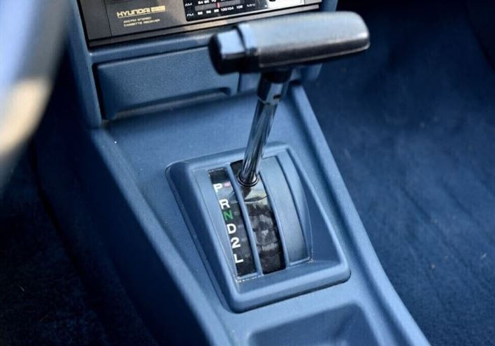 Brossard - 1986 Hyundai Pony - Closeup gear shifter