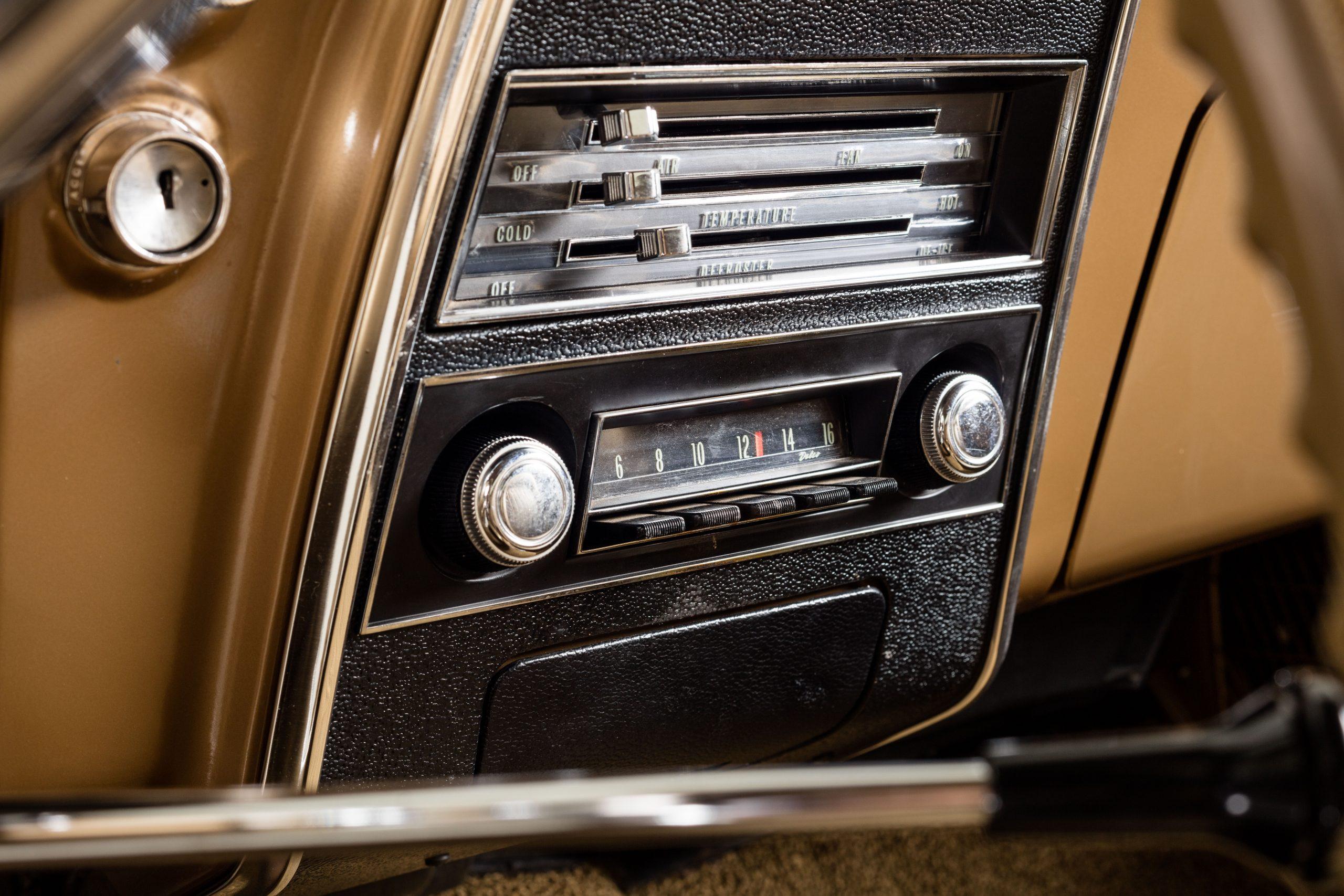 HVA - Chevrolet Camaro N100001 - Closeup temp controls and radio