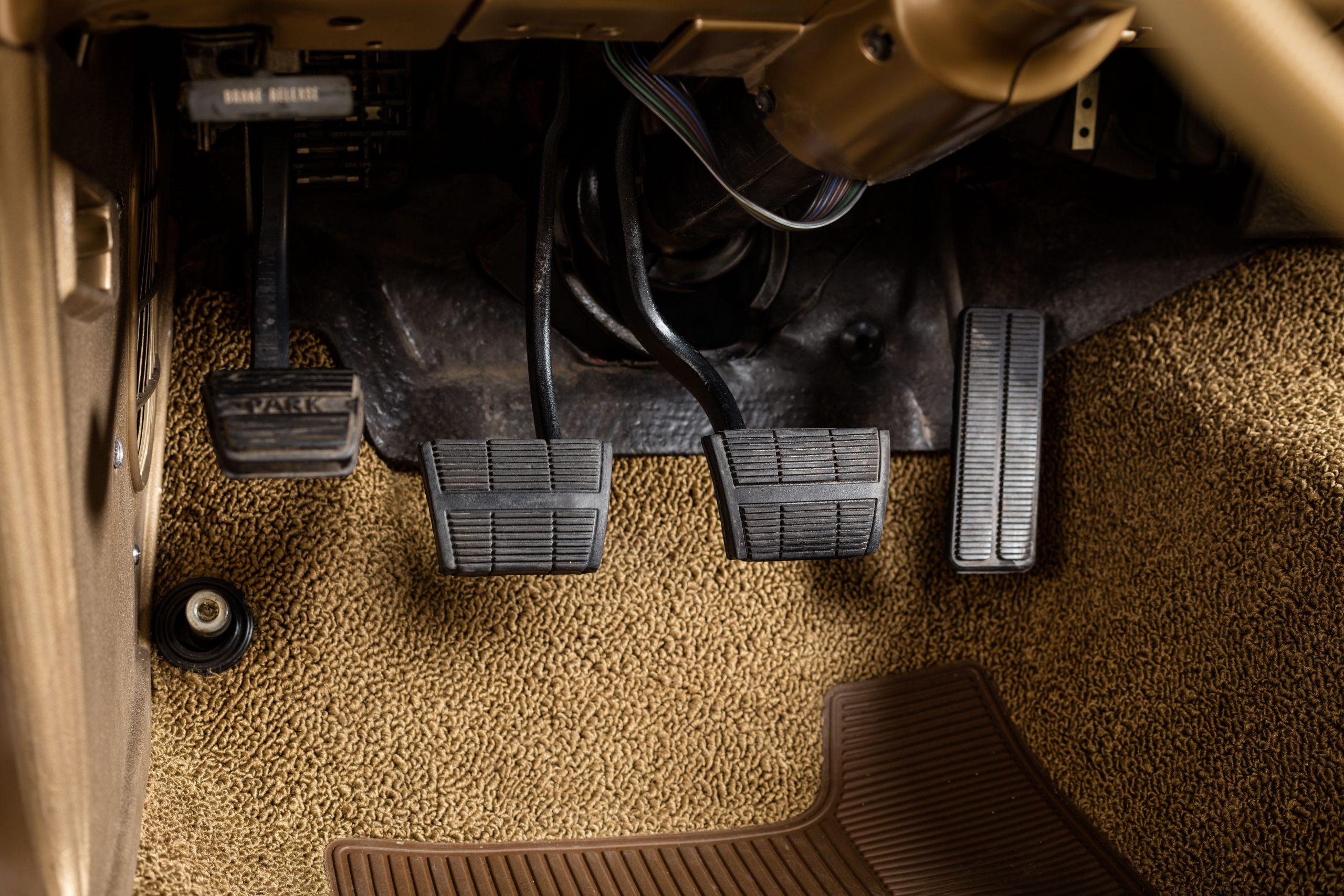 HVA - Chevrolet Camaro N100001 - Closeup pedals
