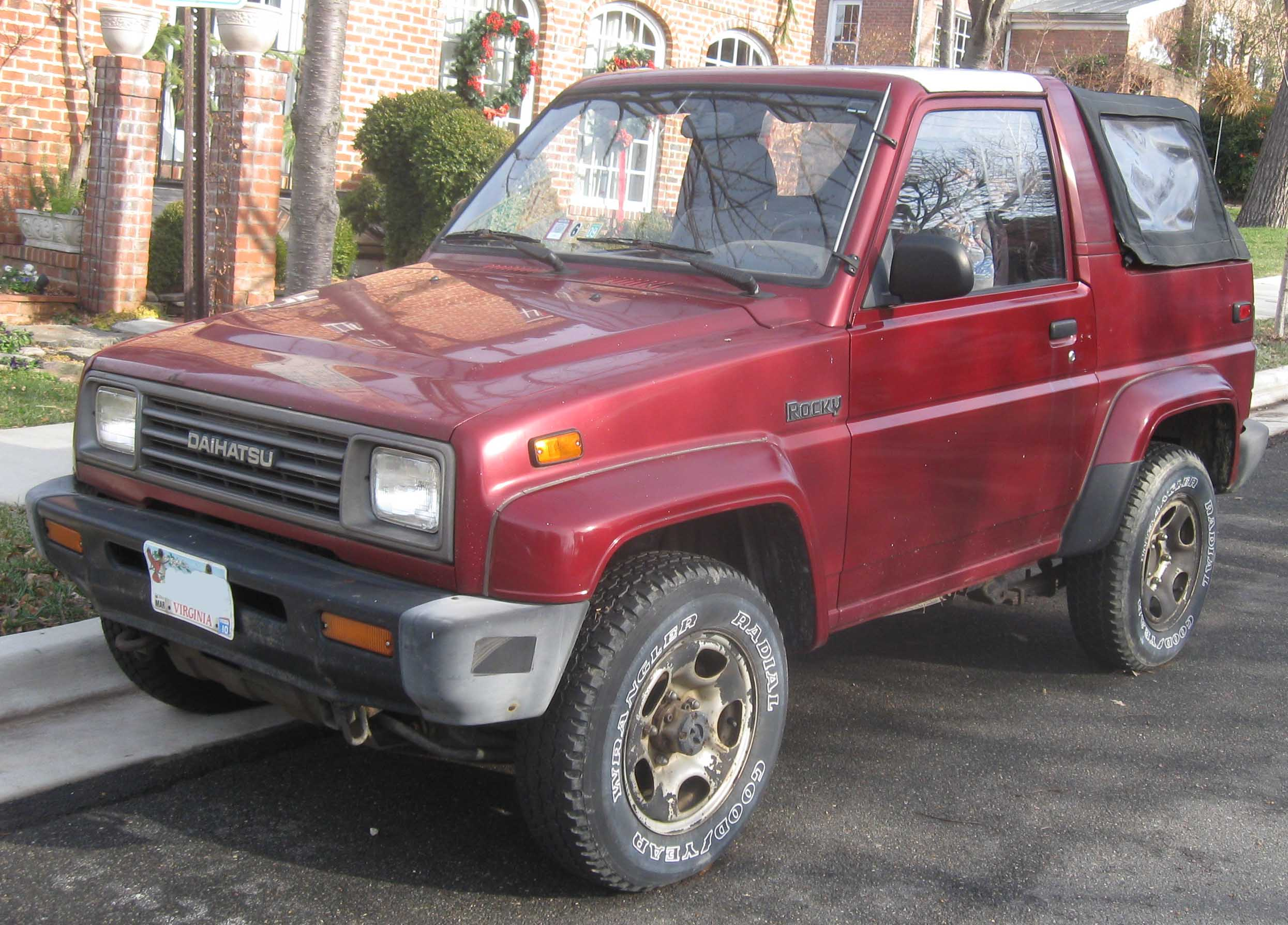Daihatsu Rocky front three-quarter