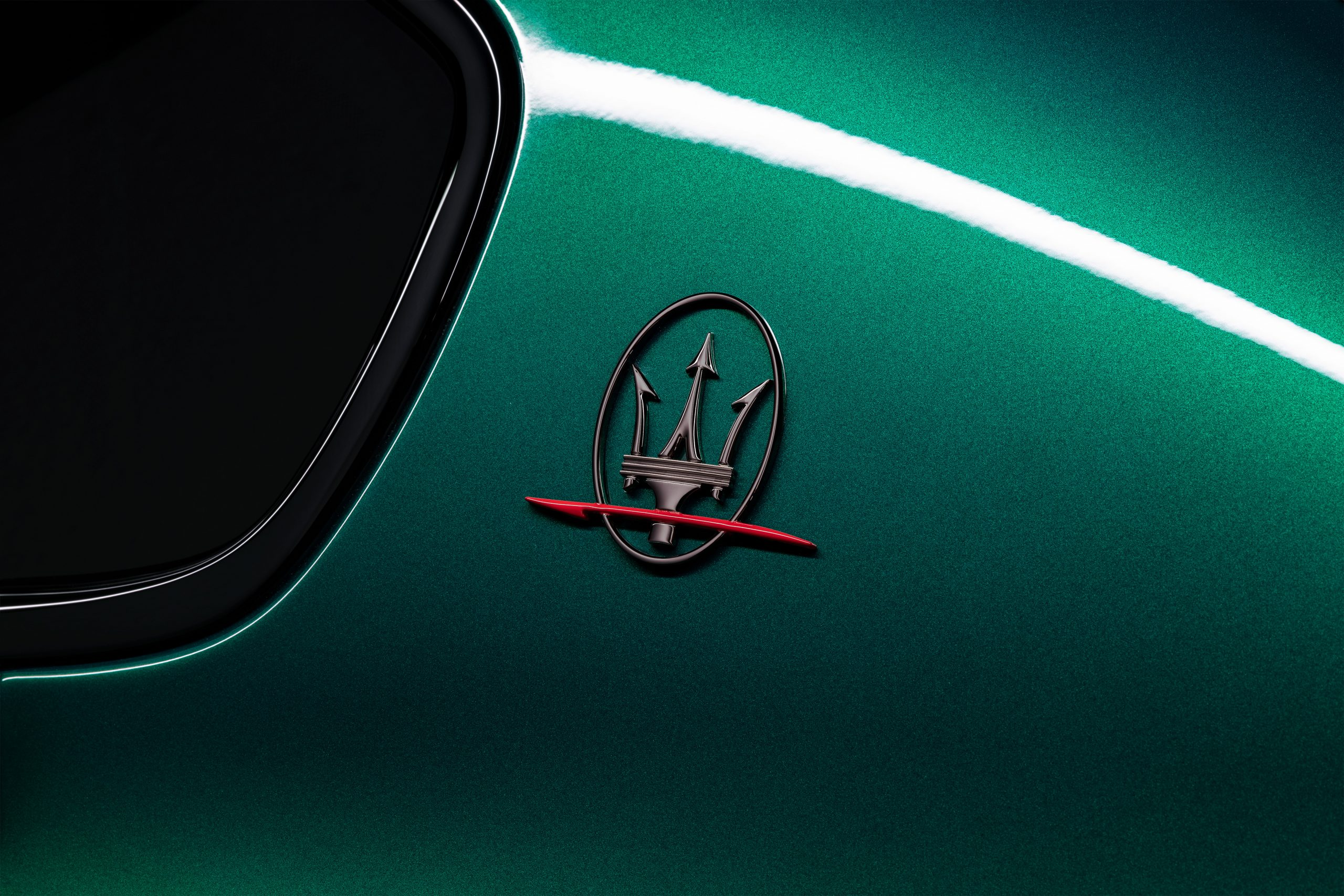 green trofeo quattroporte trident badge close up