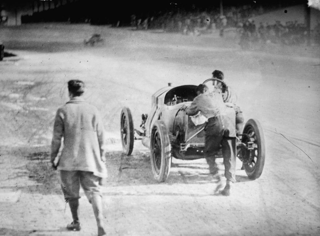 ralph de palm and mechanic pushing his racecar during indy 500