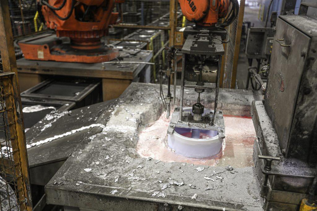 Edelbrock-Foundry-molten aluminum