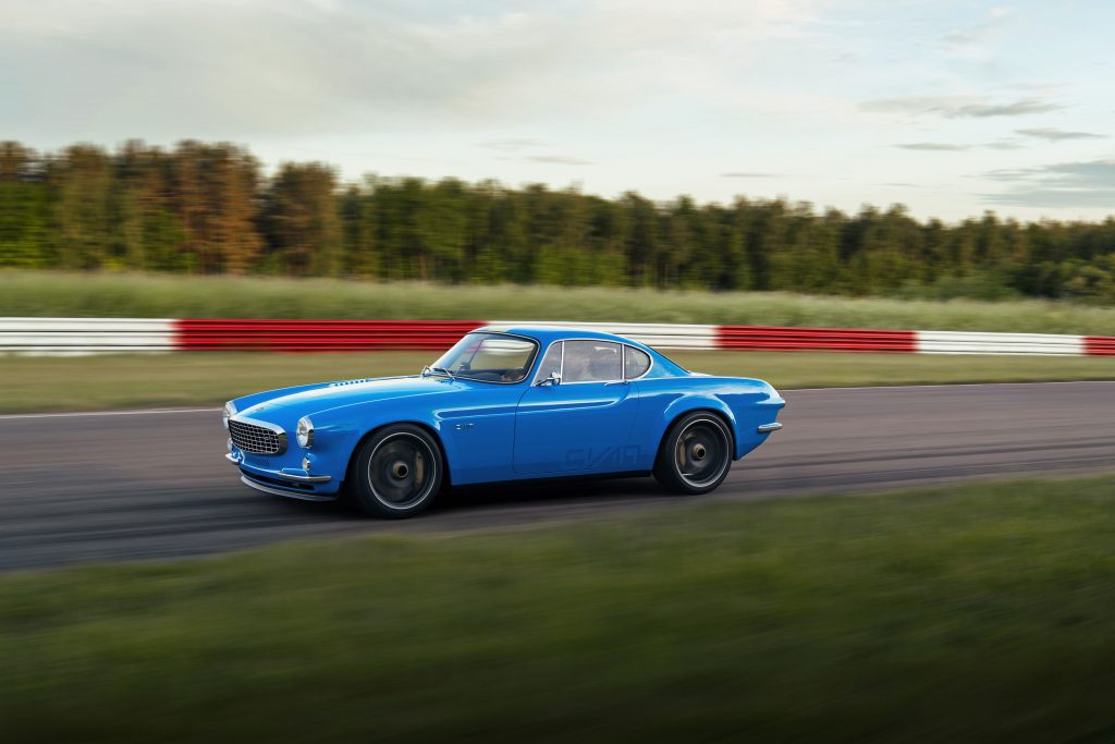 Volvo P1800 Cyan front three-quarter dynamic track action