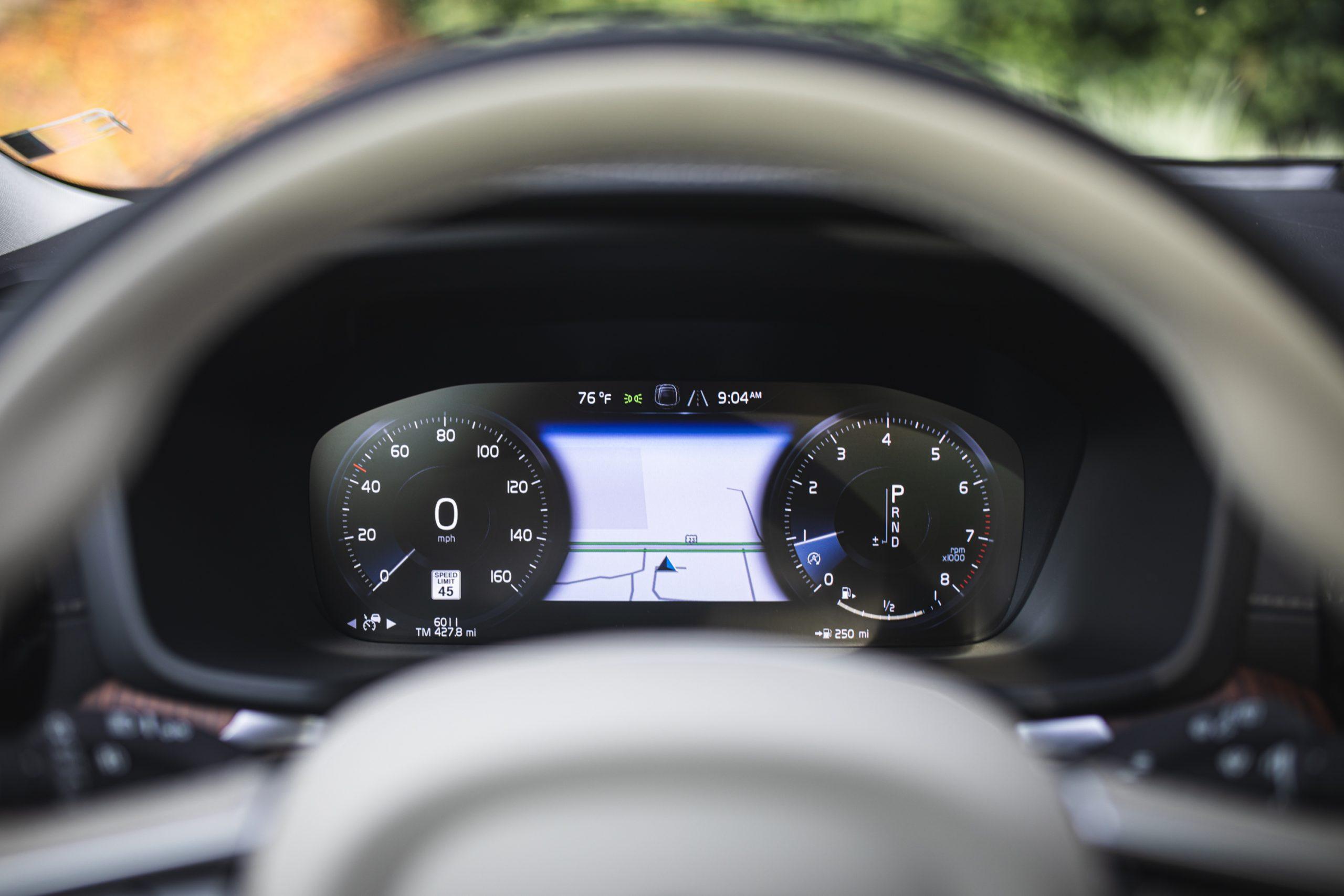 Volvo V60 Cross Country T5 AWD digital instrument panel