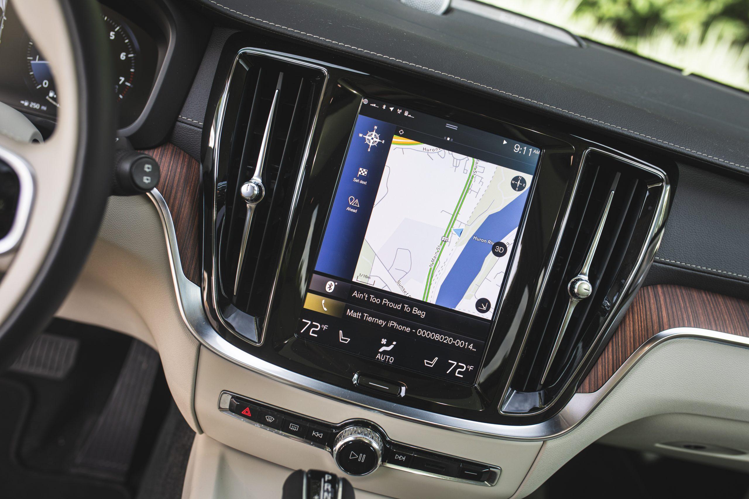 Volvo V60 Cross Country T5 AWD center dash screen navigation