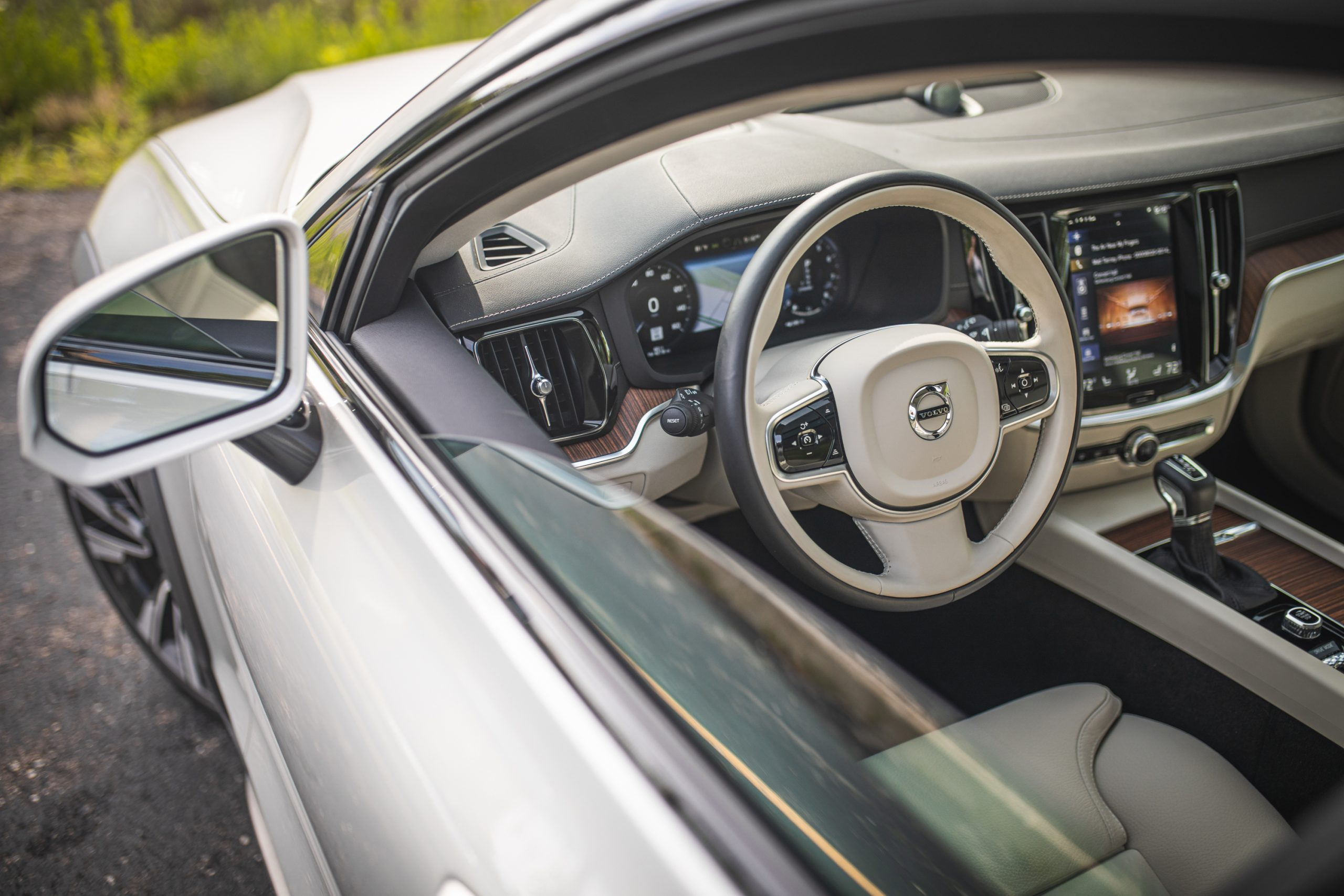 Volvo V60 Cross Country T5 AWD interior open driver window