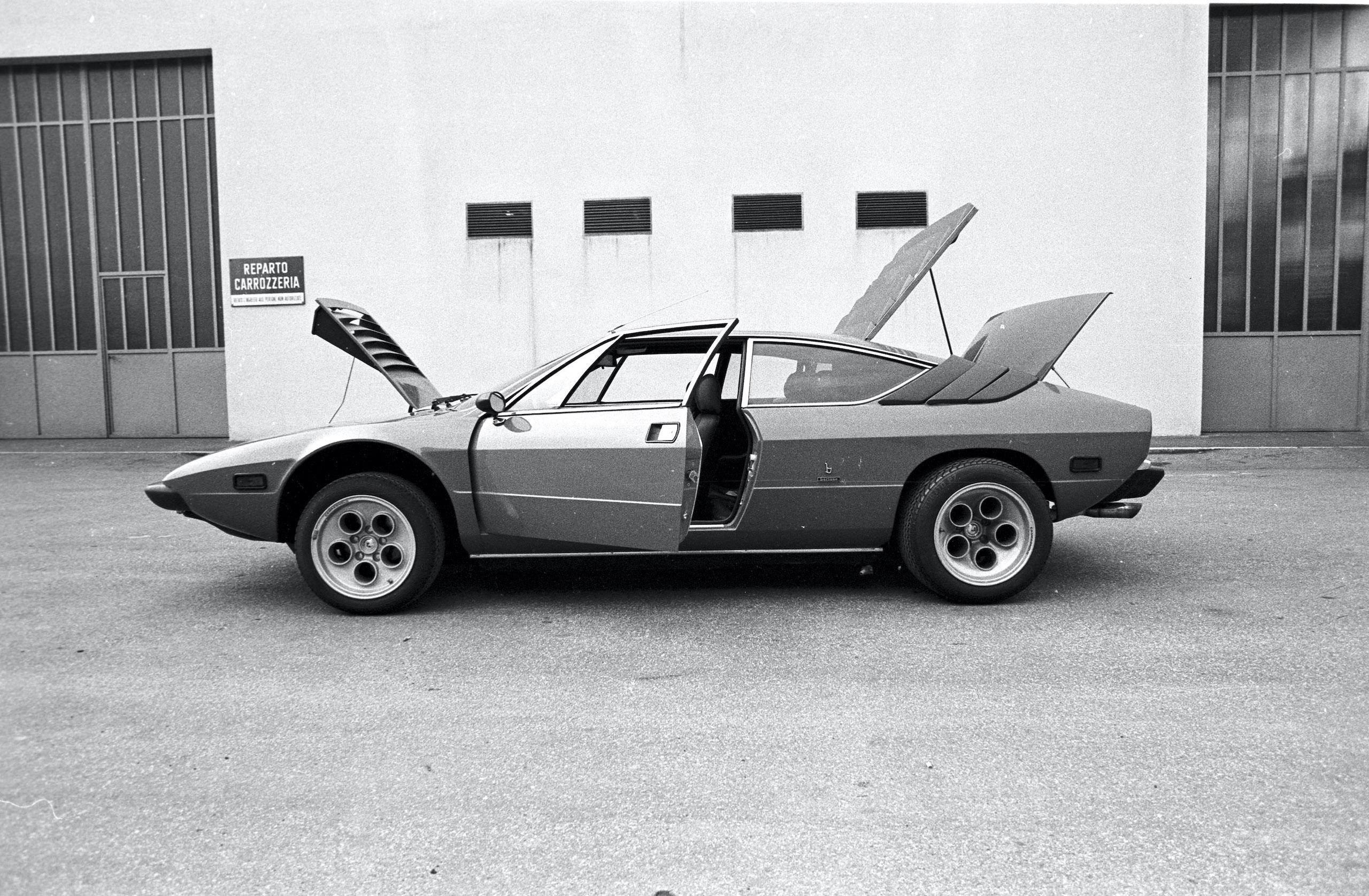 Lamborghini Urraco p300 side profile opened