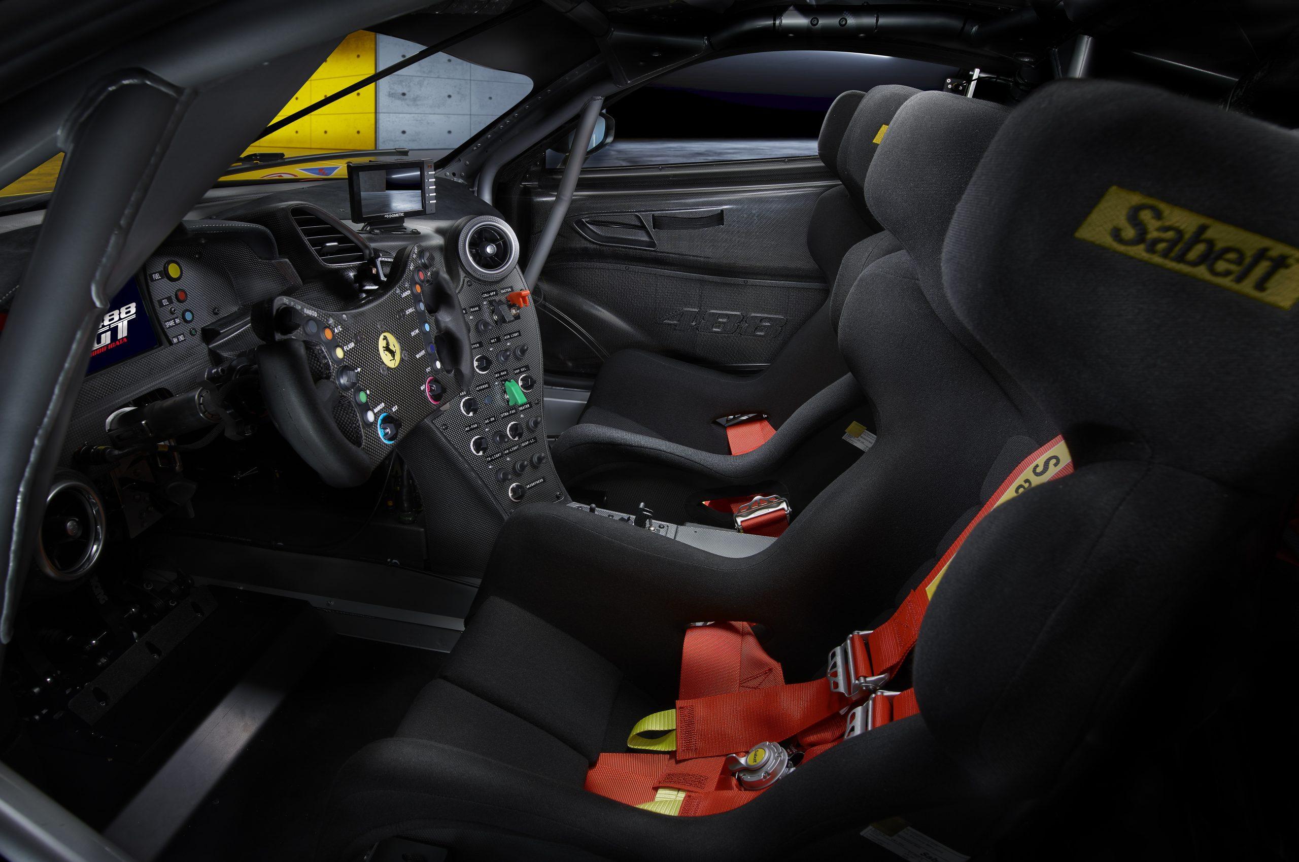 2020_11_Ferrari_488GT_interno_1