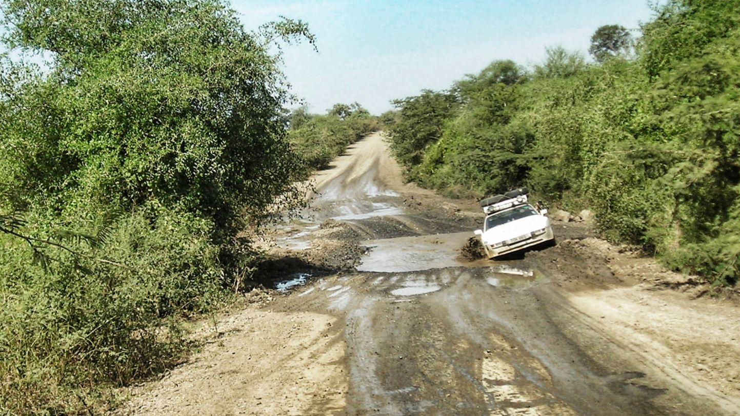 Africa Porsche 944 dodging meda puddle