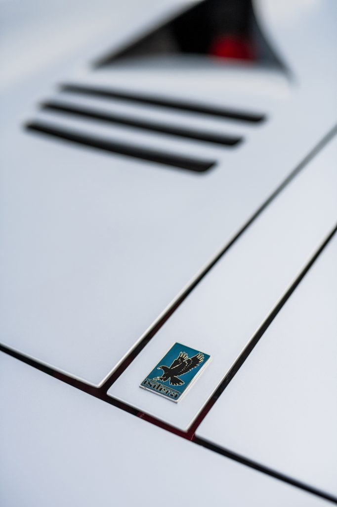 isdera emblem detail vertical