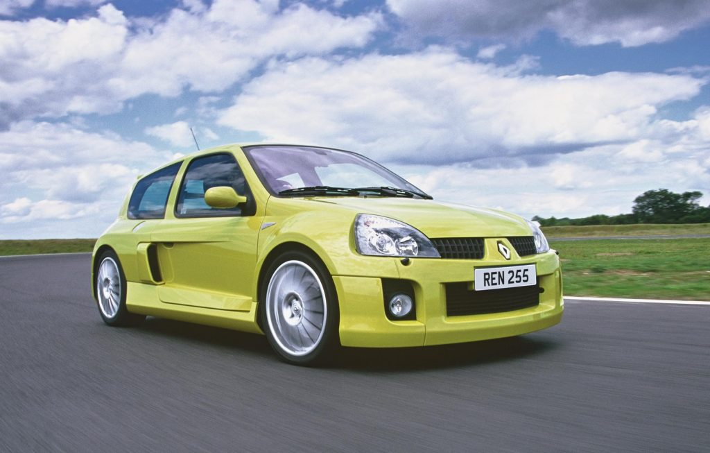 Clio Renault sport V6 front three-quarter dynamic action