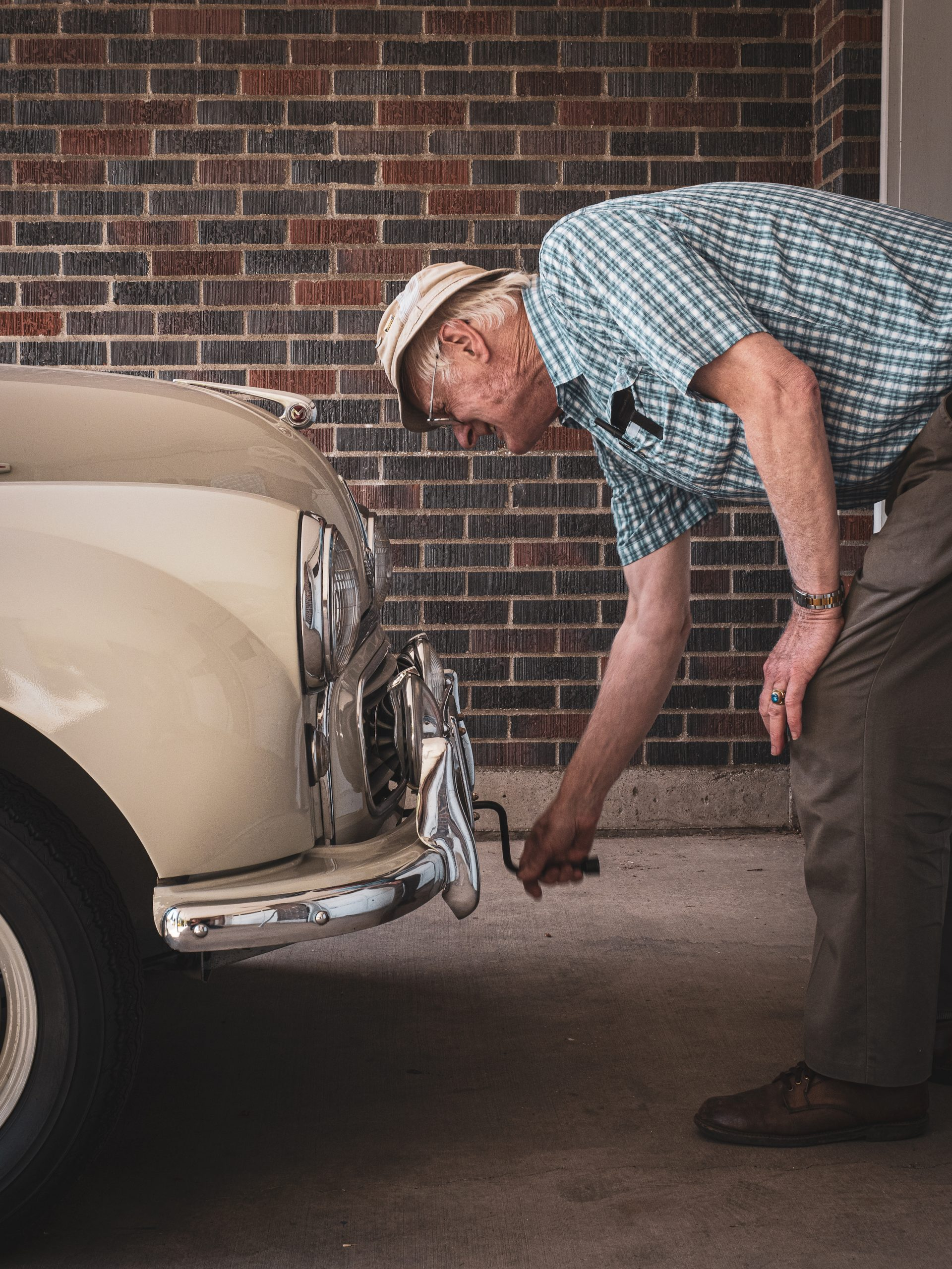Morris Minor owner crank start vertical