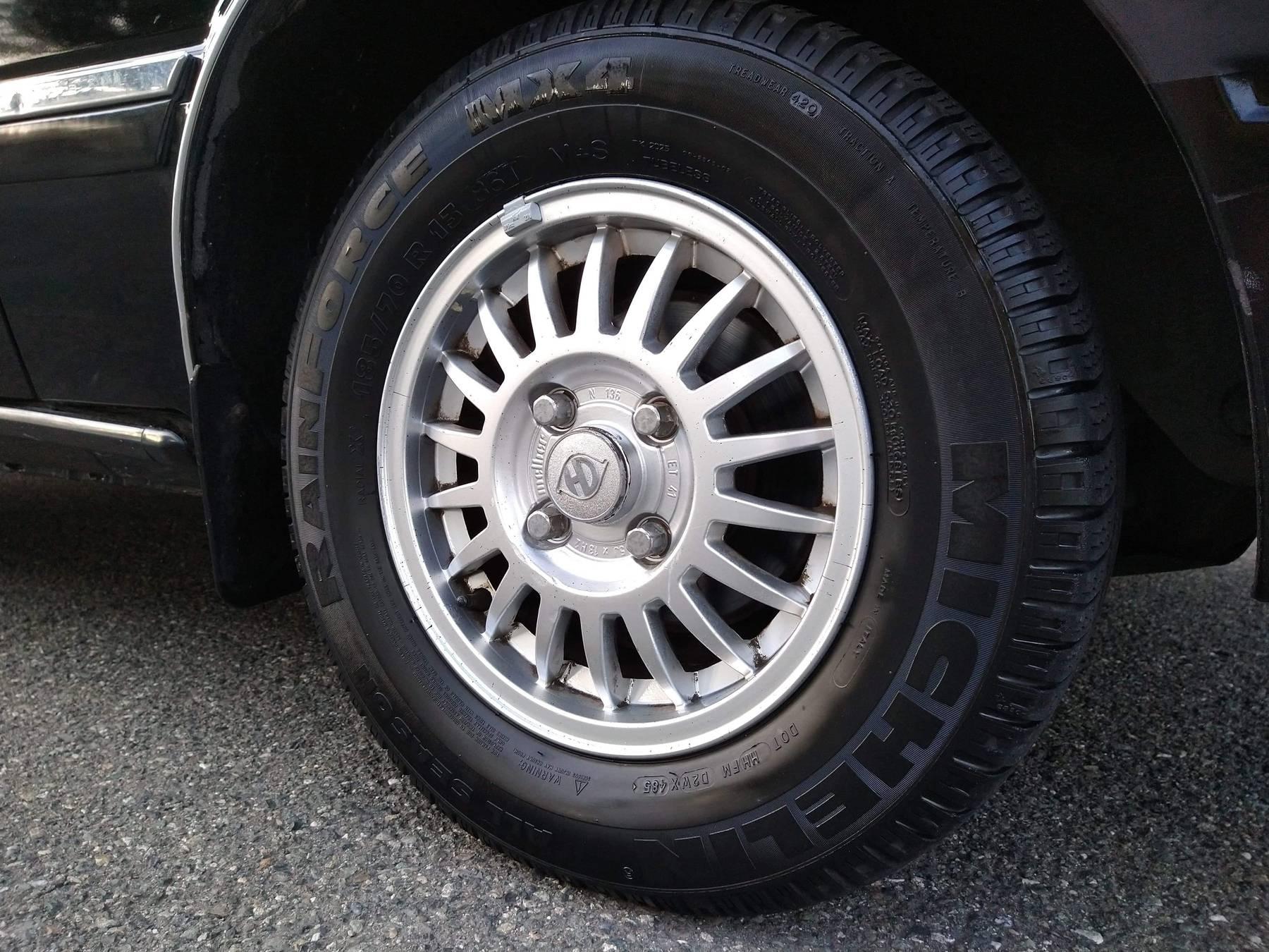 1986 Hyundai Stellar Executive wheel and tire