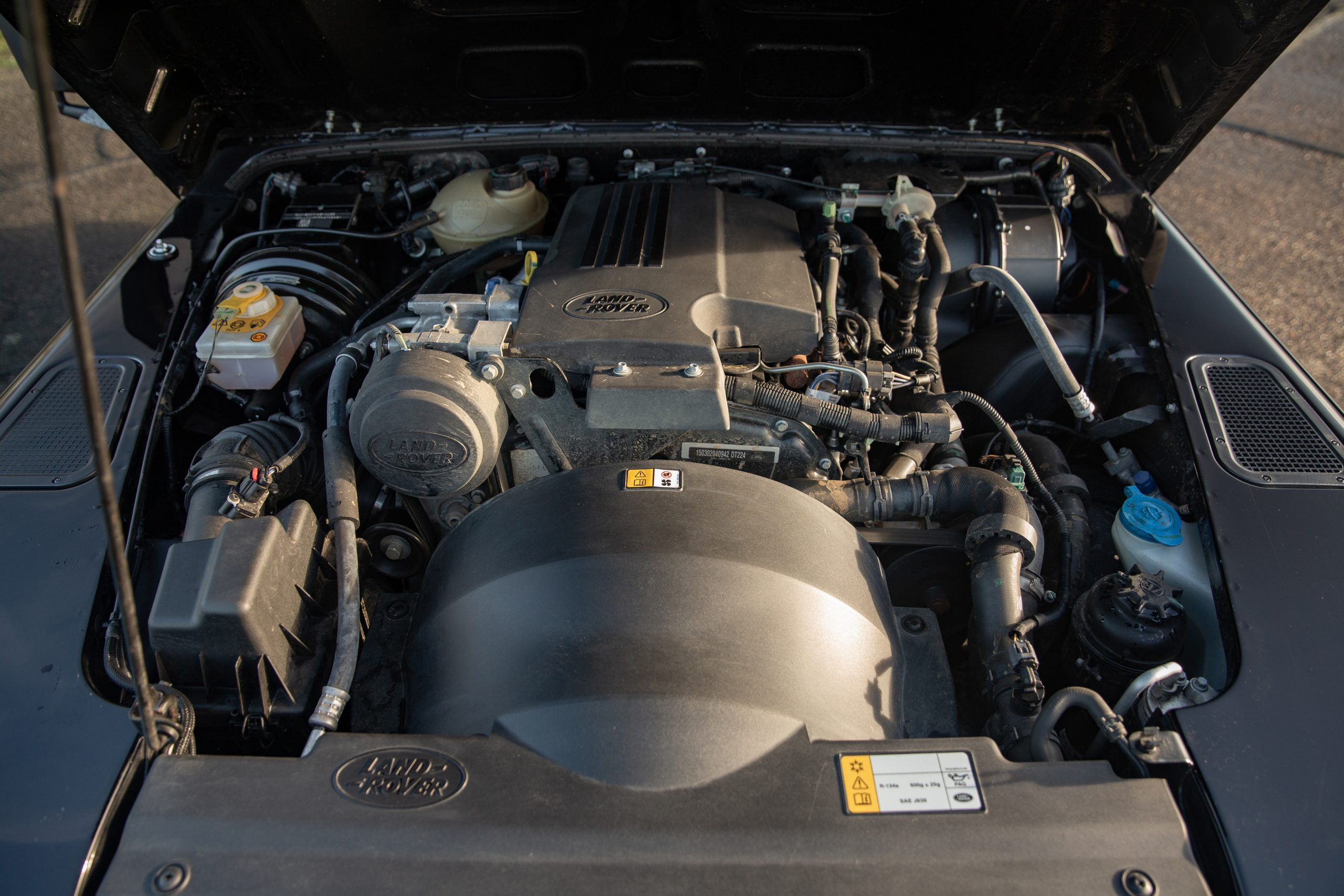 Land Rover Defender 90 Hardtop XS engine