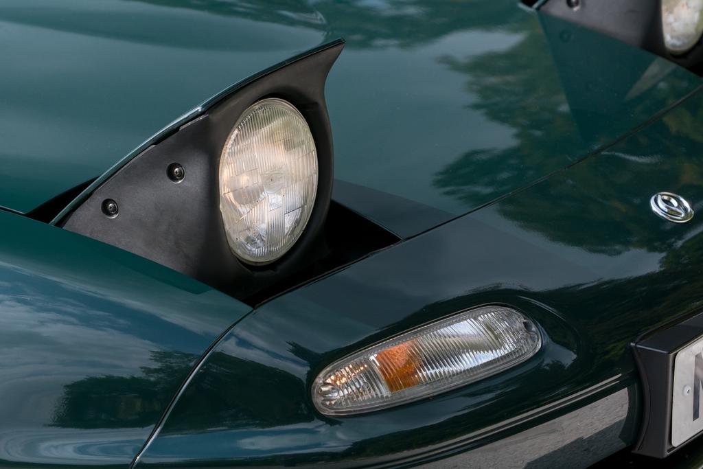 Mazda MX-5 pop up headlight detail