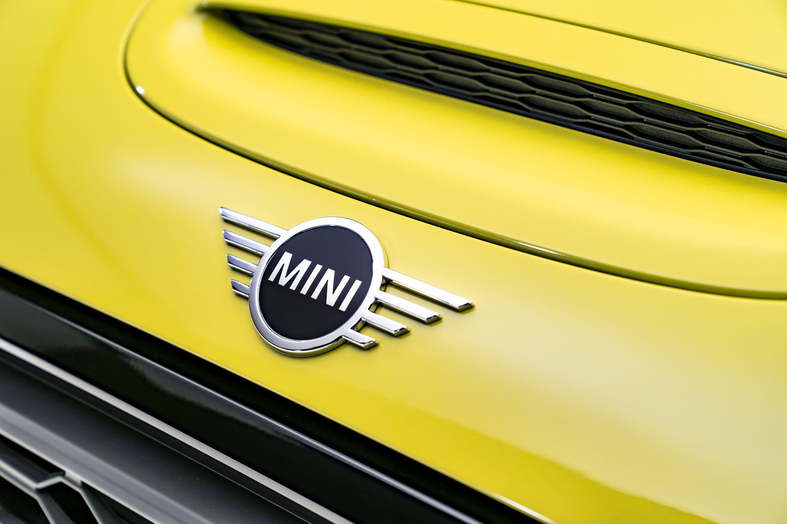 Mini Cooper chrome 2022 logo front