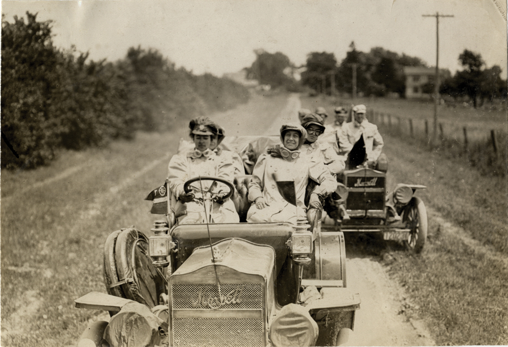 alice ramsey and driving party maxwell automobiles on the road