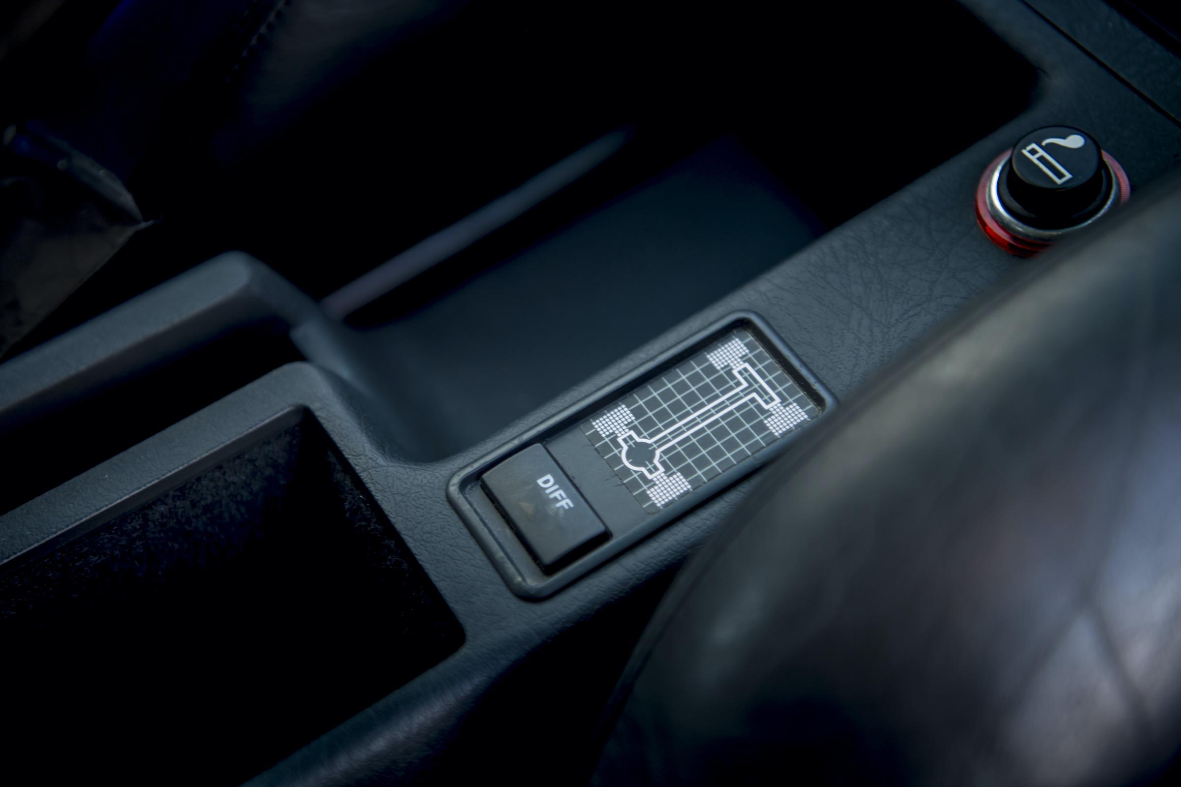 Audi RS2 interior center console diff control detail