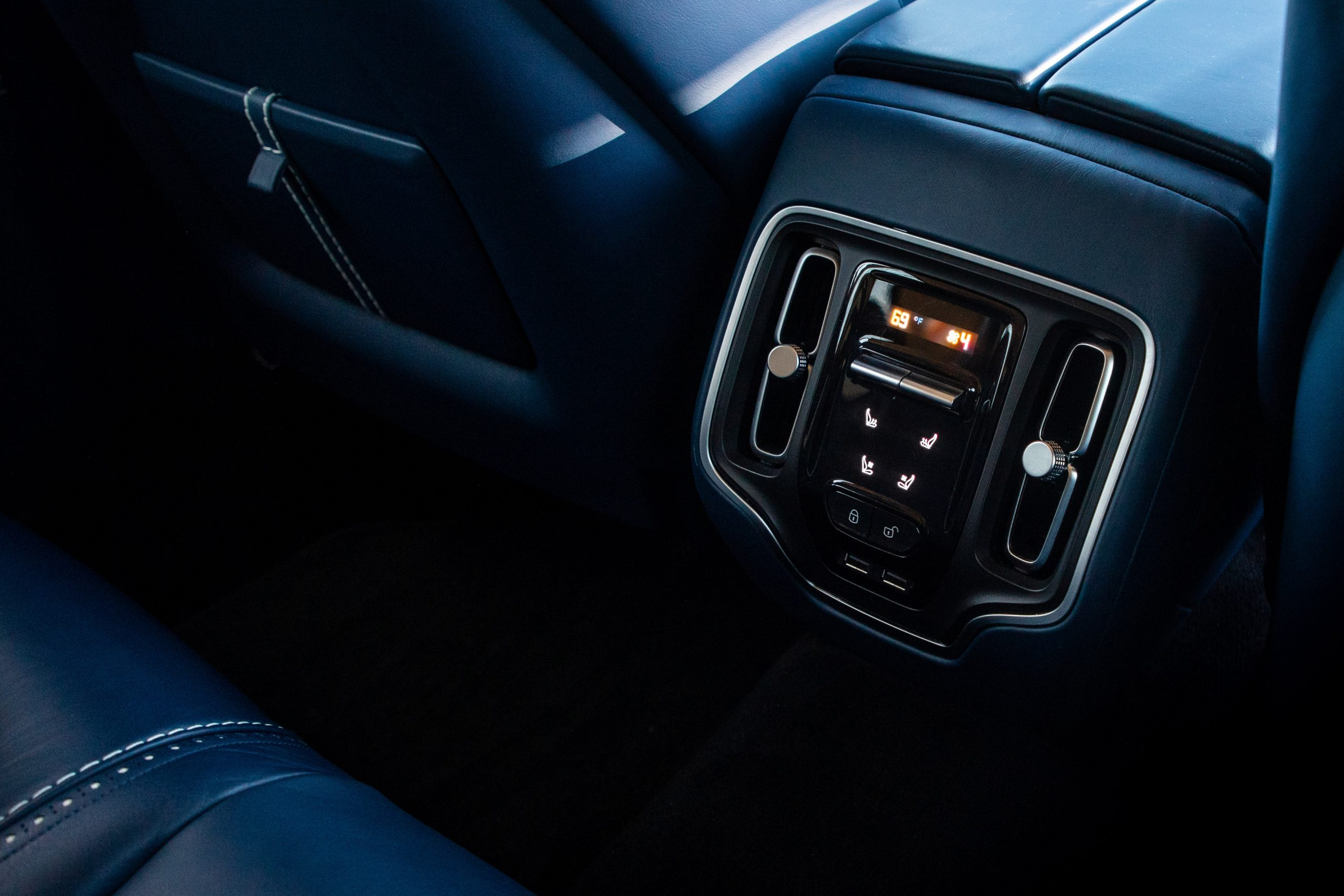 2021 Aston Martin DBX interior rear climate control
