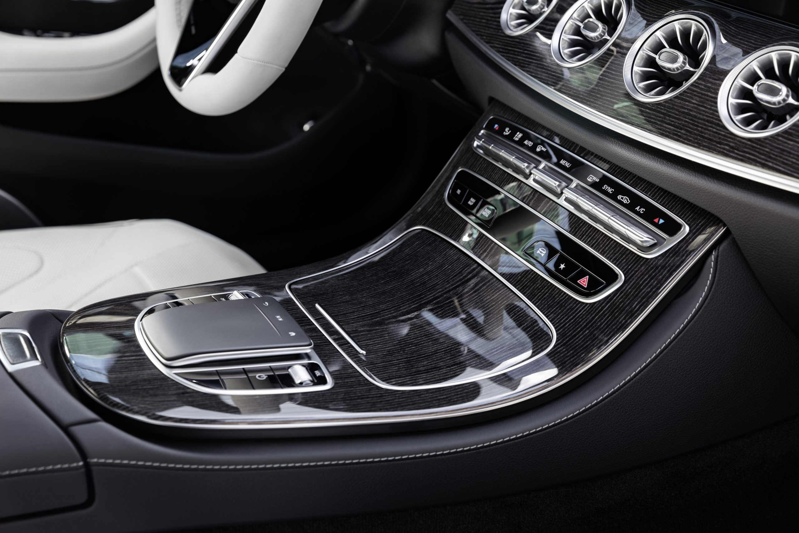 2021 Mercedes-Benz CLS 450 4Matic Coupé interior console touchpad