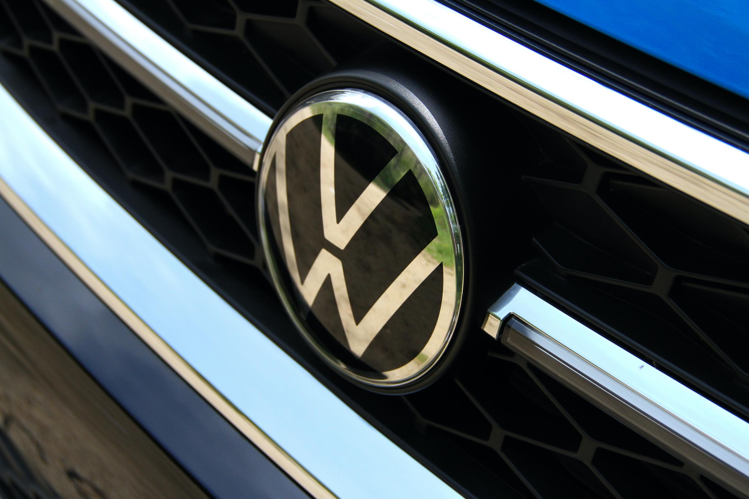 2022 Volkswagen Taos SEL grille badge