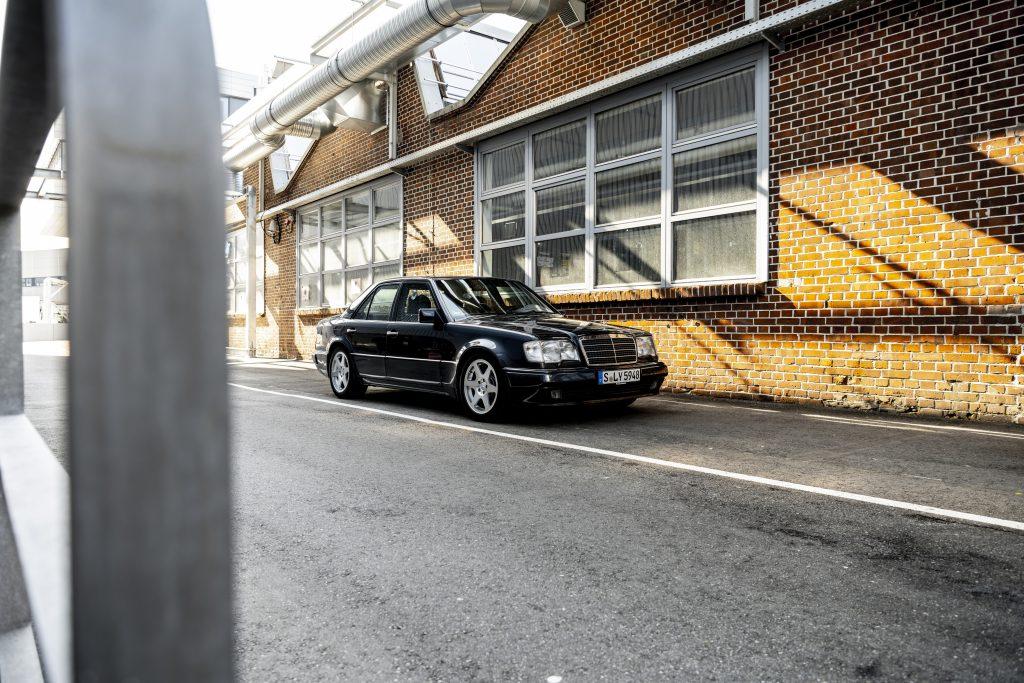 Mercedes-Benz 500 E alley parked front three quarter