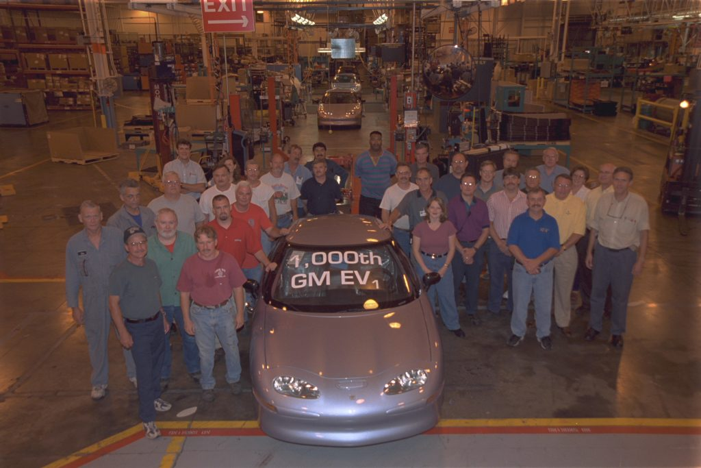 1999 GM EV1 1000th vehicle plant workers
