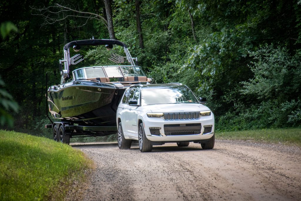 Jeep Grand Cherokee L towing boat and trailer