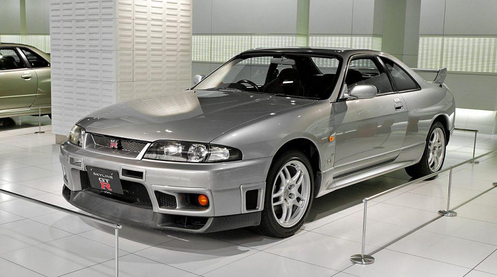 Nissan Skyline R33 GT-R front three-quarter