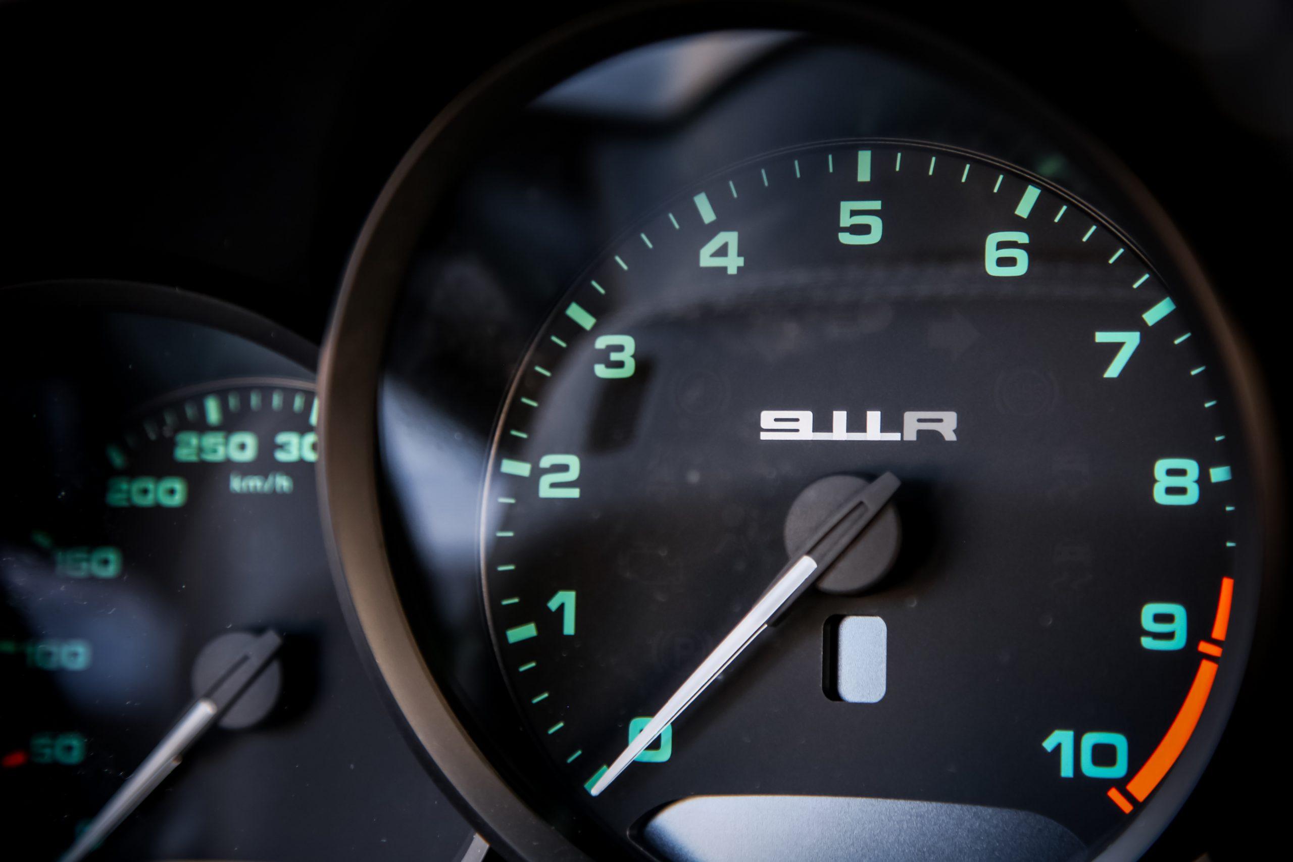 2016-Porsche-911-R interior tach