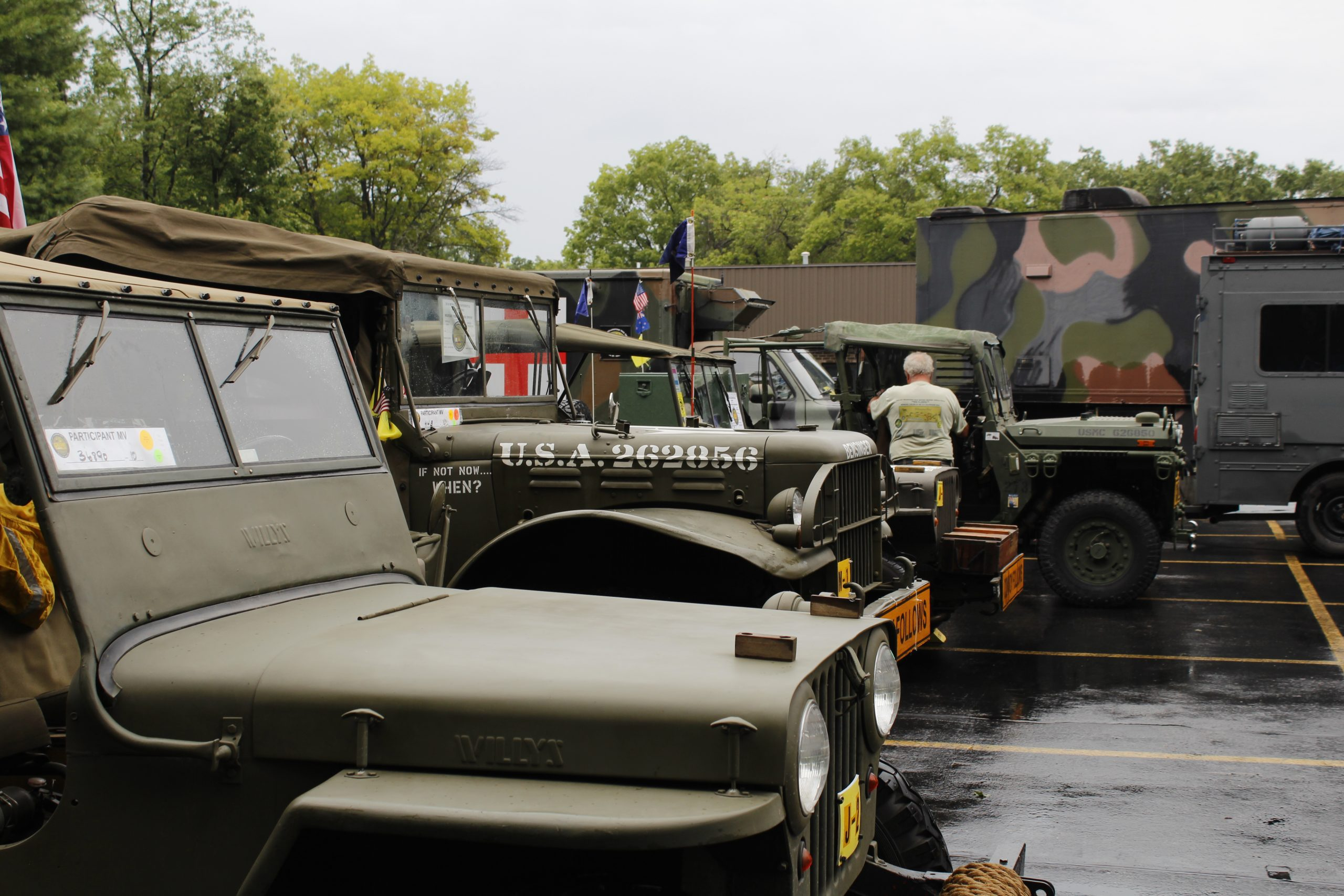 Military vehicle convoy lineup