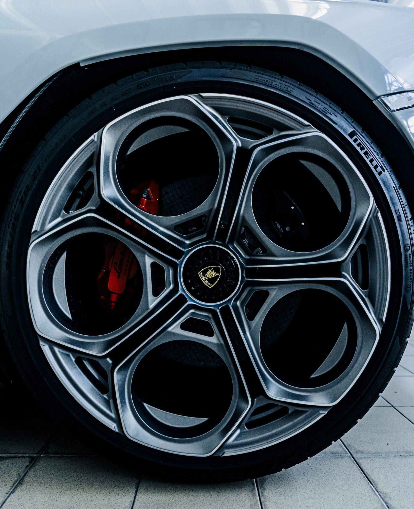 Countach LPI 800 wheel