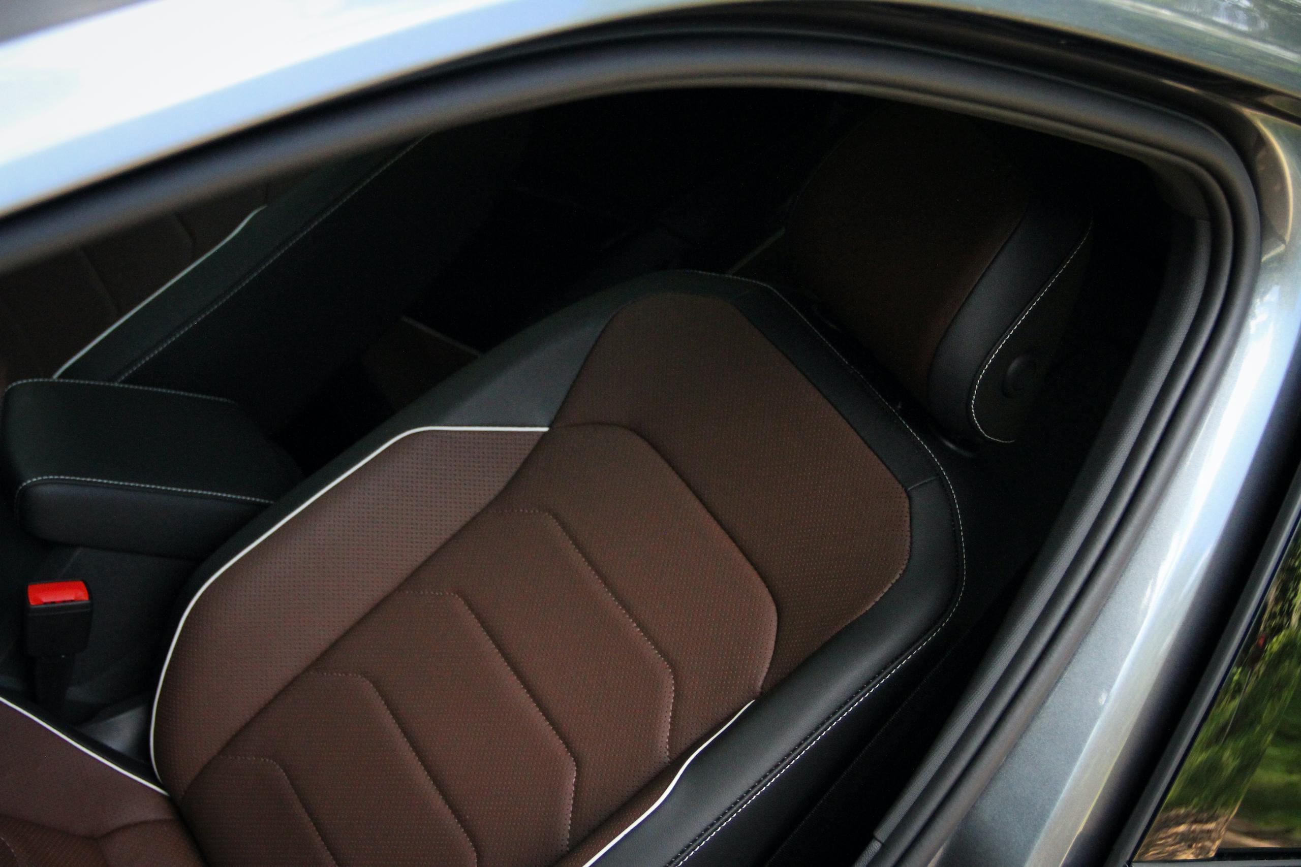 2022 VW Tiguan SEL R-Line leather seat