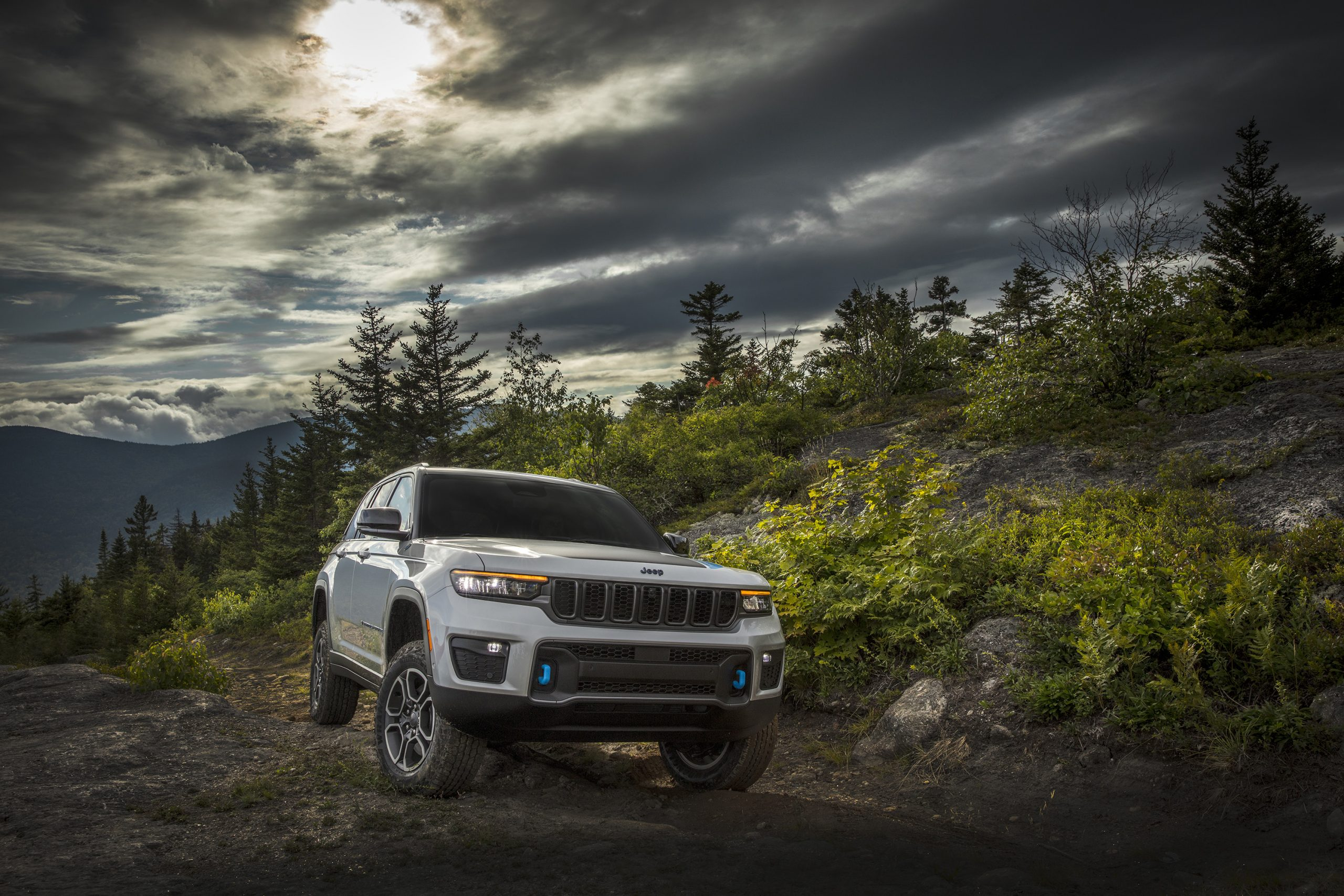 2022 Jeep Grand Cherokee Trailhawk 4xe on mountain roads