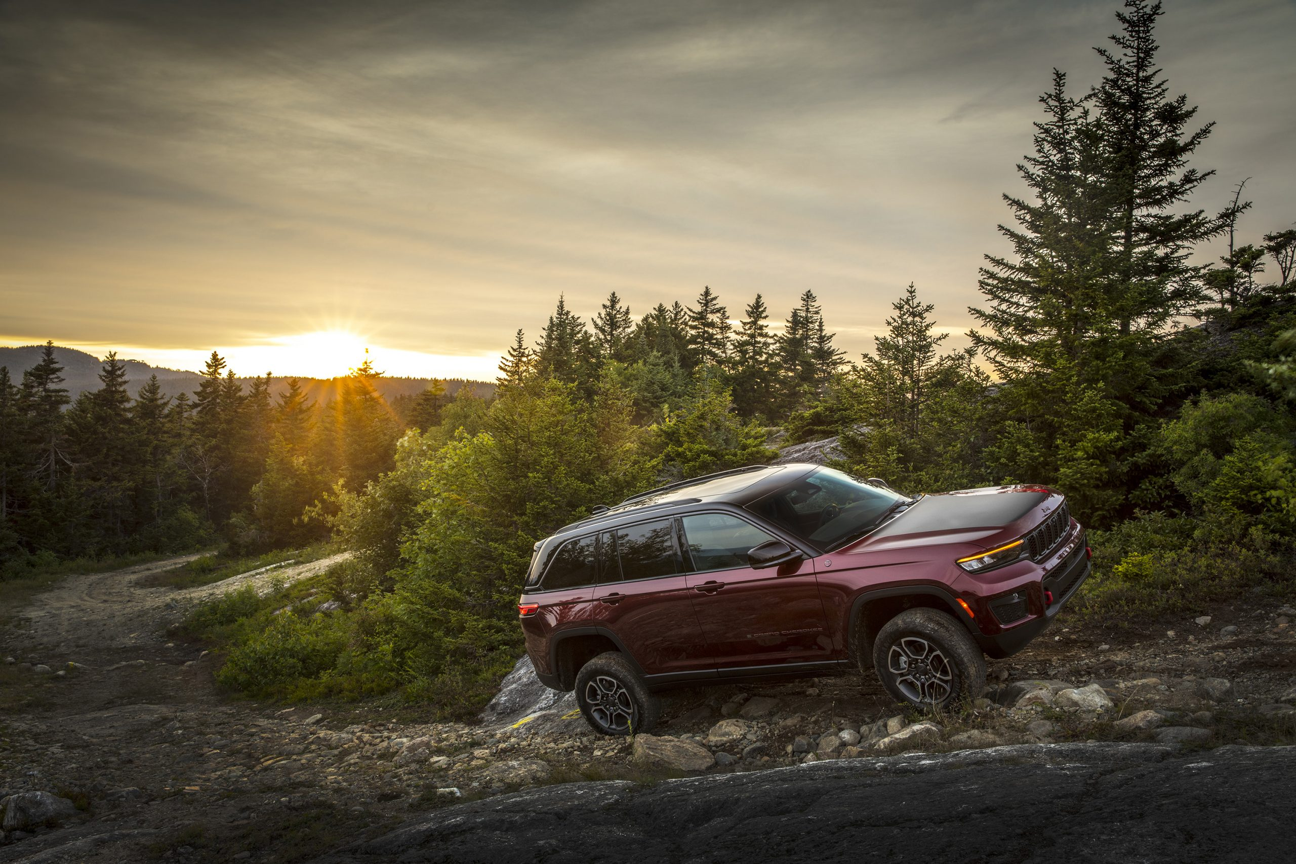 2022 Jeep Grand Cherokee Trailhawk side profile on mountain