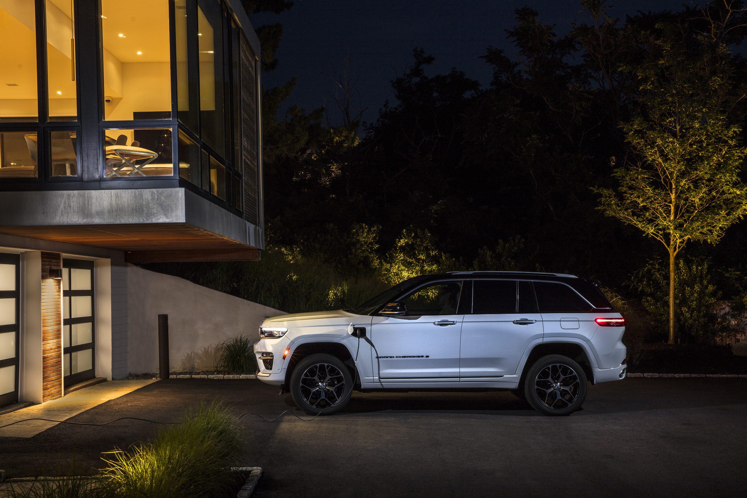 2022 Jeep Grand Cherokee Summit 4xe plugged in