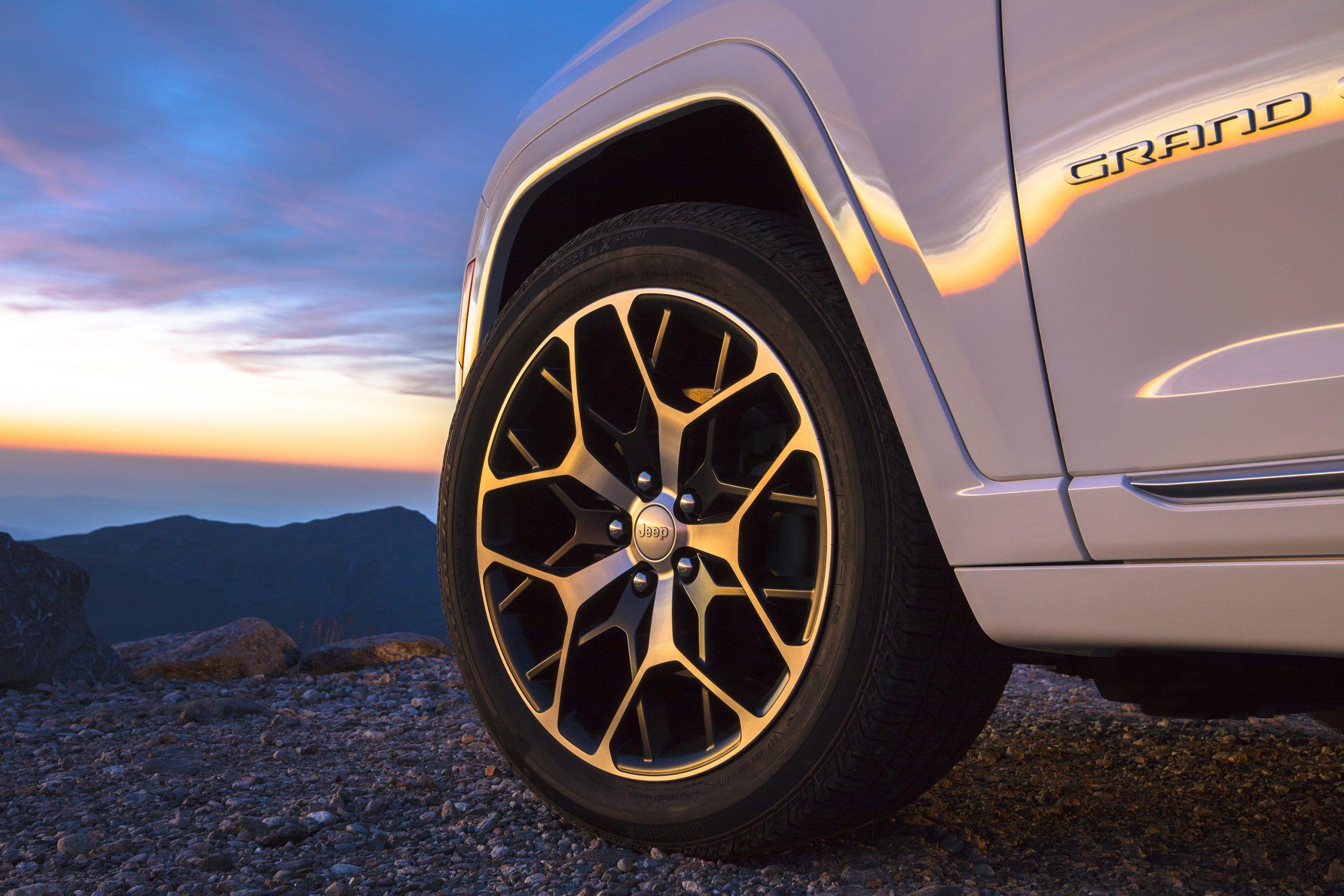 2022 Jeep Grand Cherokee Summit 4xe wheel