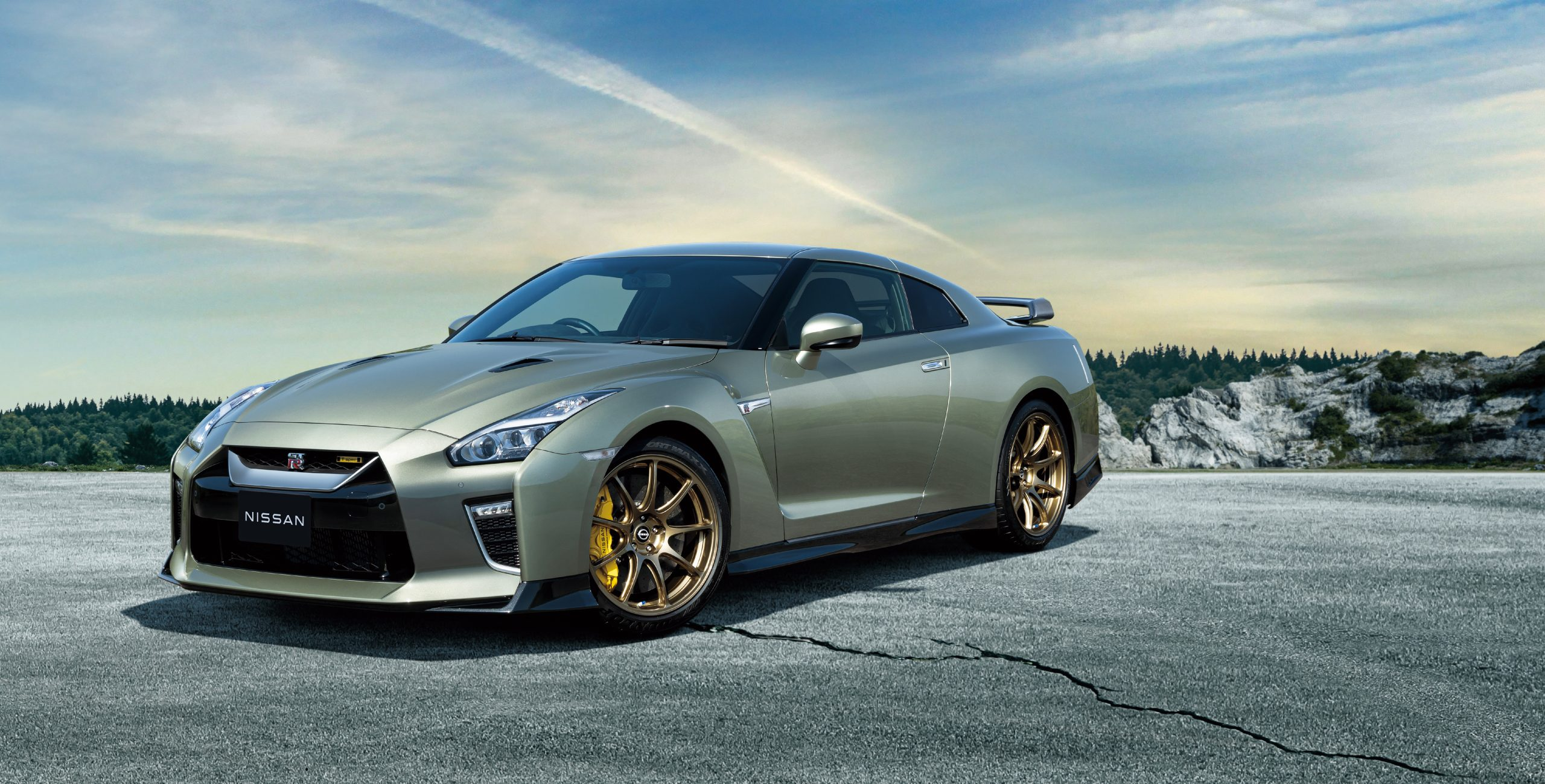 2022 Nissan GT-R front3-4