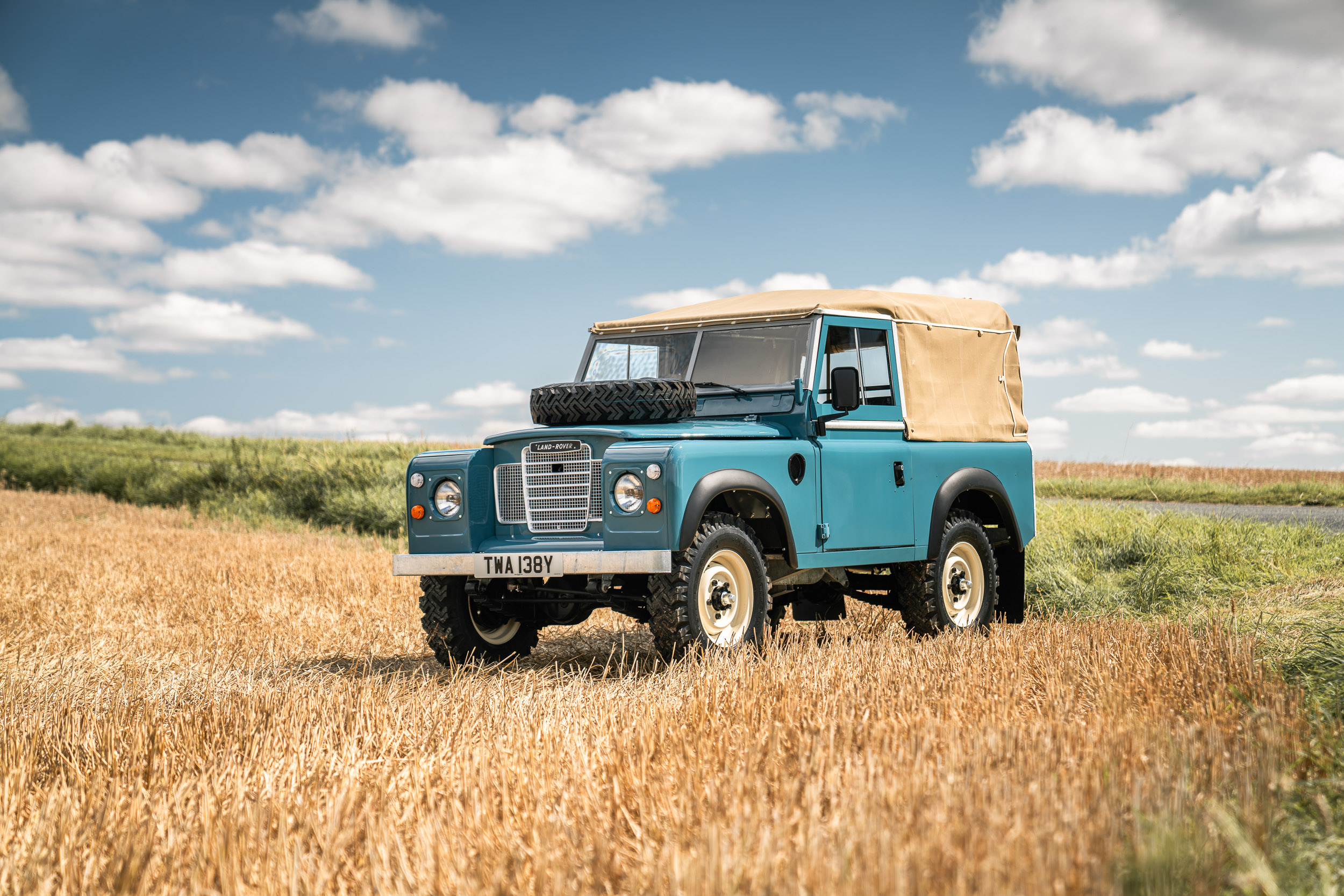 1982 Land Rover front three-quarter