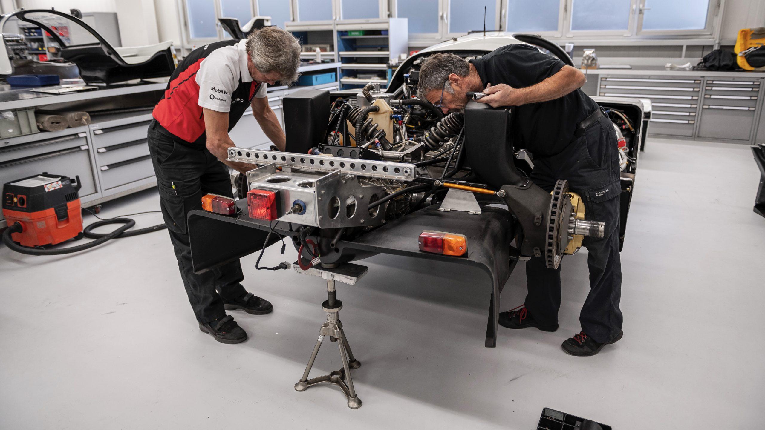 Porsche 962 C assembling rear end