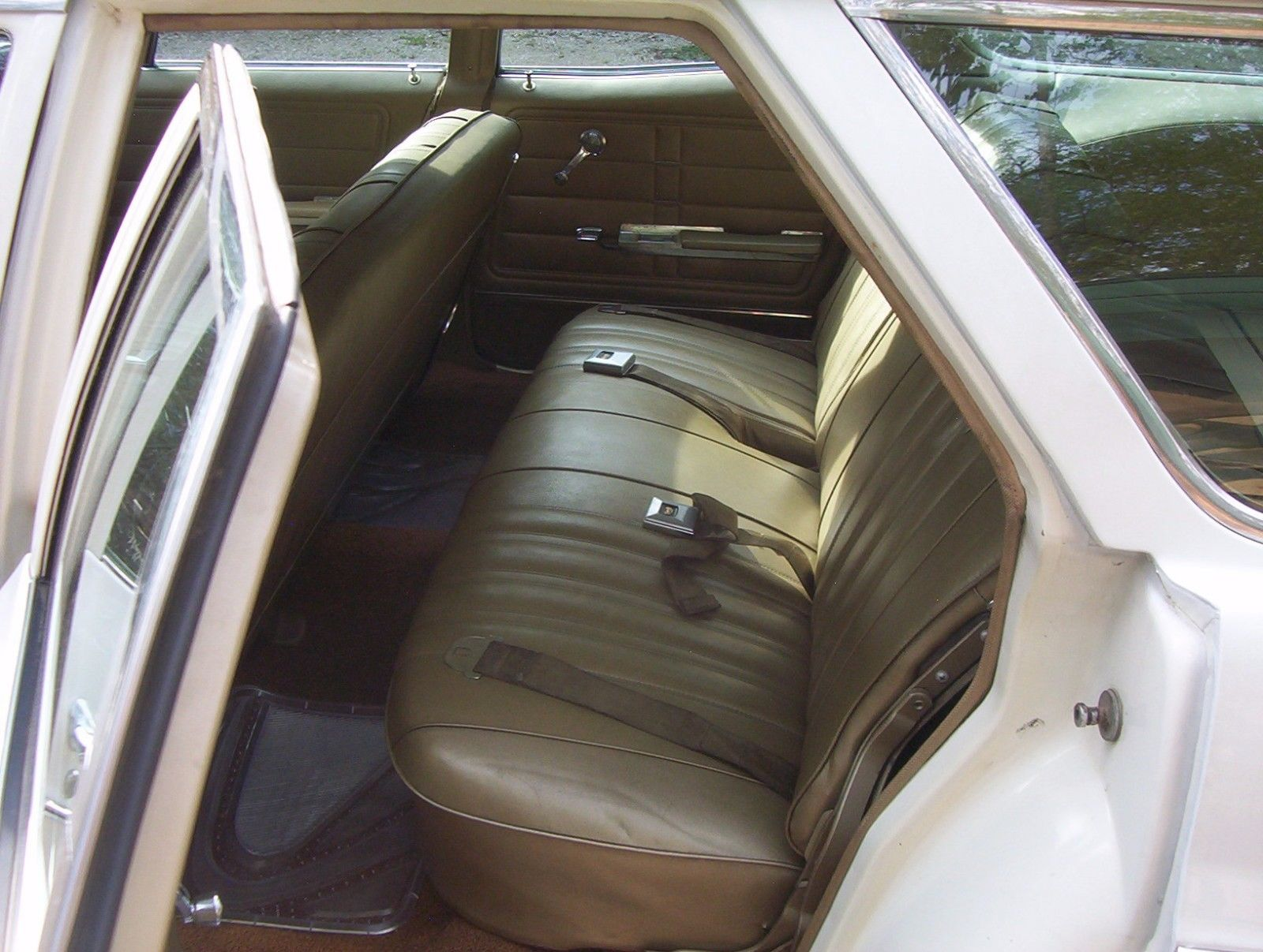 1966-Chevrolet-Impala-Wagon-396-rear-seat
