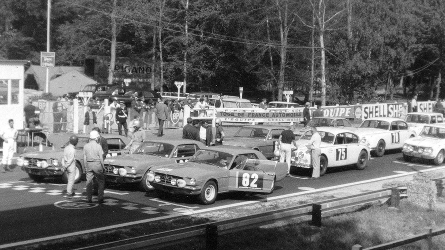 The Alan Mann-prepped Mustangs in front, with archrival Jaguar Mk. II sedans behind them. The fourth Mustang (second row) was entered by Ford of France.