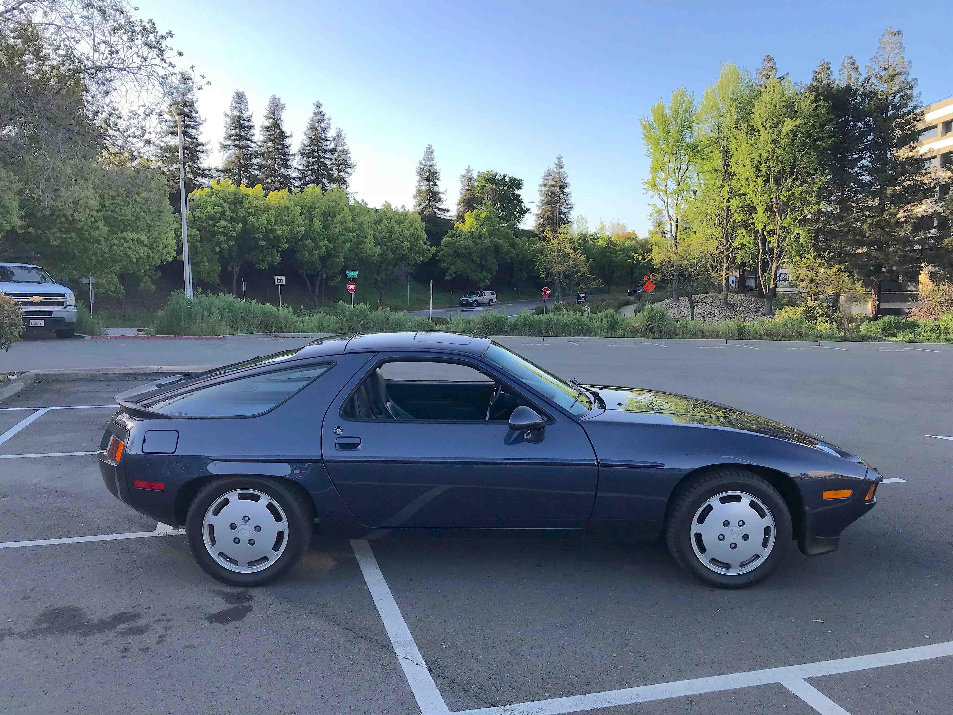 1986 Porsche 928 side profile